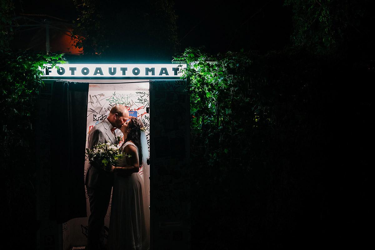 Idee Hochzeitsfoto Brautpaar Fotoautomat - Oberhafenkantine Berlin Hochzeit am Wasser, urbane Garten DIY-Hochzeit von Hochzeitsfotograf Berlin © www.hochzeitslicht.de #hochzeitslicht