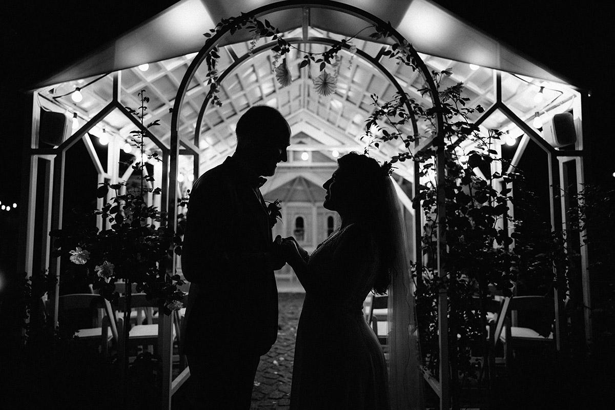 Idee Hochzeitsfoto spät abends Silhouette Brautpaar - Oberhafenkantine Berlin Hochzeit am Wasser, urbane Garten DIY-Hochzeit von Hochzeitsfotograf Berlin © www.hochzeitslicht.de #hochzeitslicht