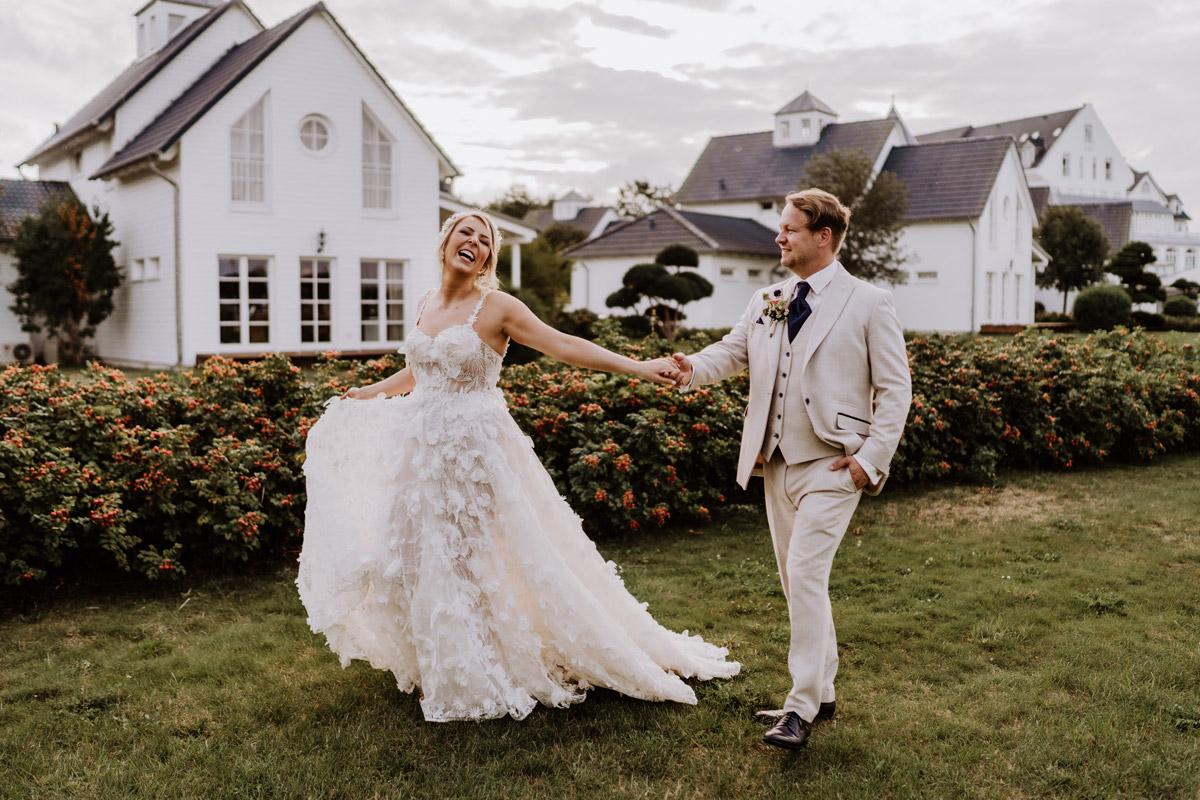 Fotoshooting Idee Brautpaar natürlich im Gehen - Resort Schwielowsee Hochzeit mit freier Trauung von Hochzeitsfotograf Potsdam © www.hochzeitslicht.de #hochzeitslicht