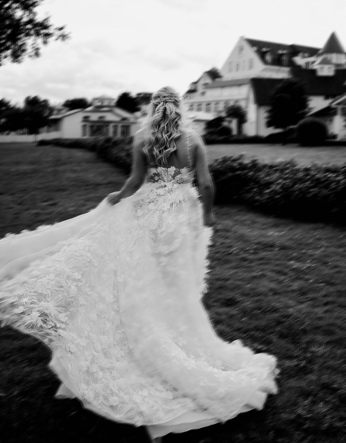 Hochzeitskleid Standesamt Galia Lahav: Braut Anni - hier im Hochzeitsfoto von hinten - hat ihr atemberaubend schönes Brautkleid auch zur freien Trauung getragen in der Hochzeitslocation am Wasser - dem Resort Schwielowsee bei Potsdam. Künstlerisches Hochzeitsfoto mit Bewegungsunschärfe in Schwarz Weiß von Hochzeitsfotograf Potsdam © www.hochzeitslicht.de #hochzeitslicht