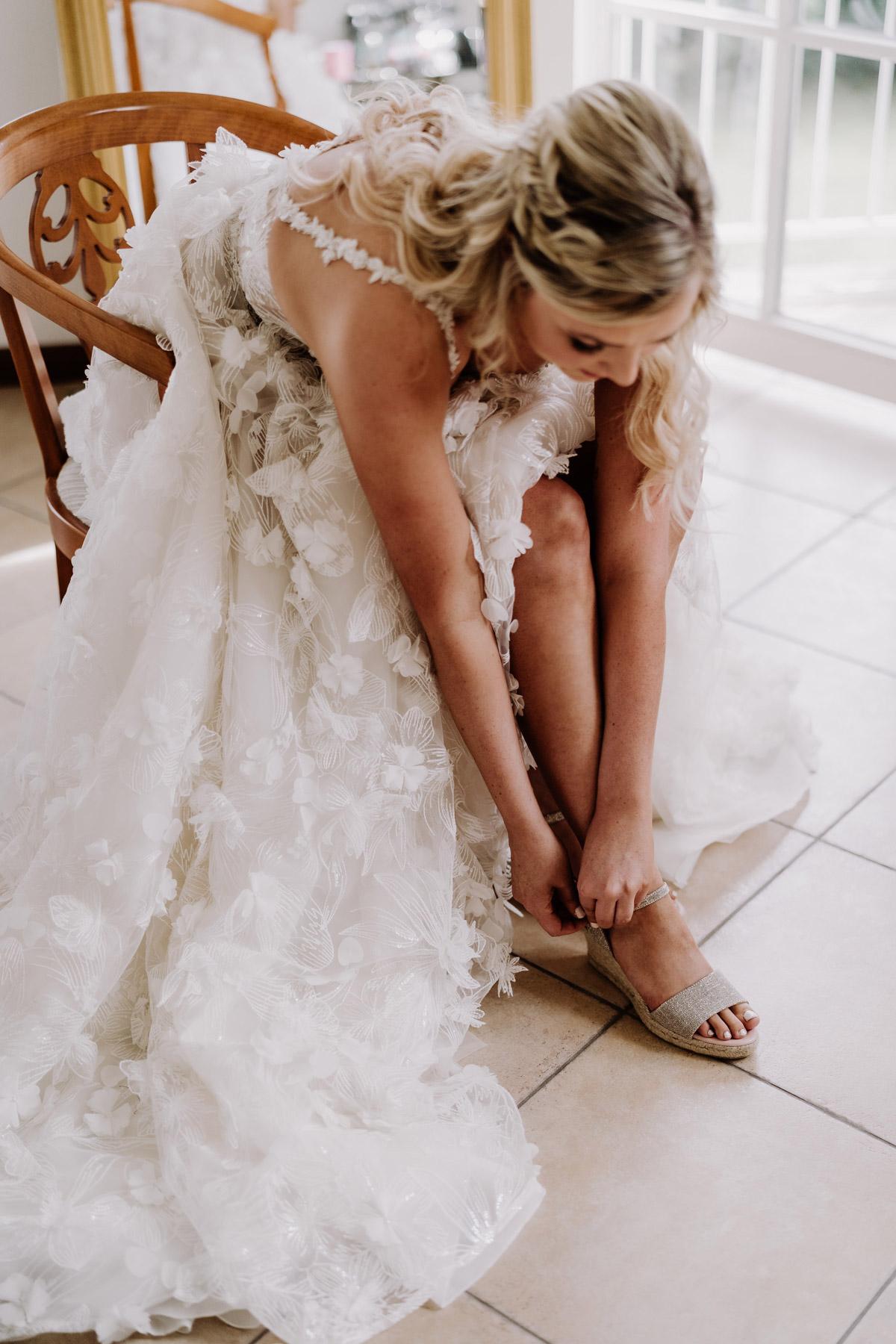 Galia Lahav Braut zieht sommerliche Brautschuhe in silber an für Resort Schwielowsee Hochzeit mit freier Trauung am Wasser festgehalten von Hochzeitsfotograf Potsdam © www.hochzeitslicht.de #hochzeitslicht