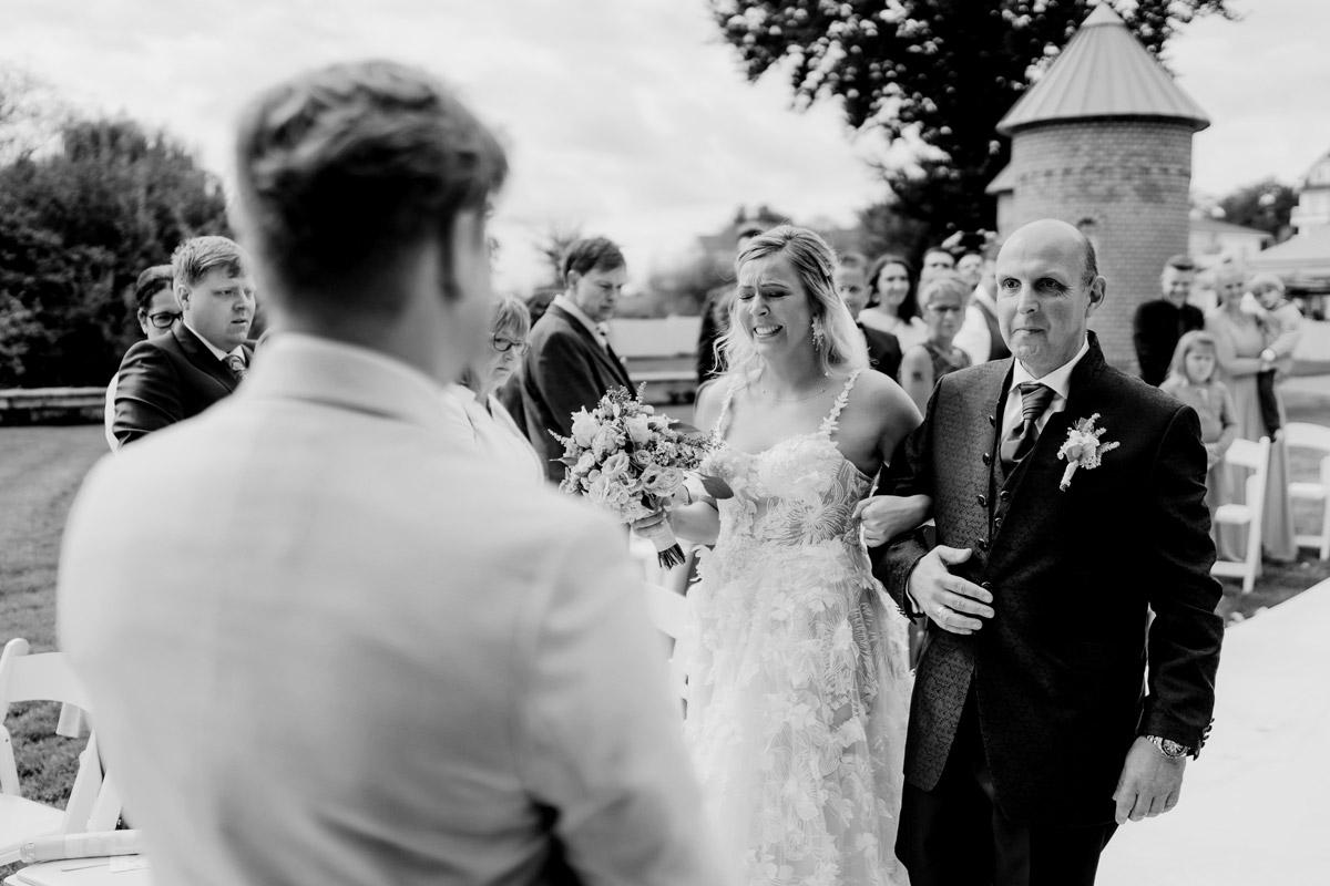 emotionale Hochzeitsreportage Fotos Einzug Braut - Resort Schwielowsee Hochzeit mit freier Trauung von Hochzeitsfotograf Potsdam © www.hochzeitslicht.de #hochzeitslicht