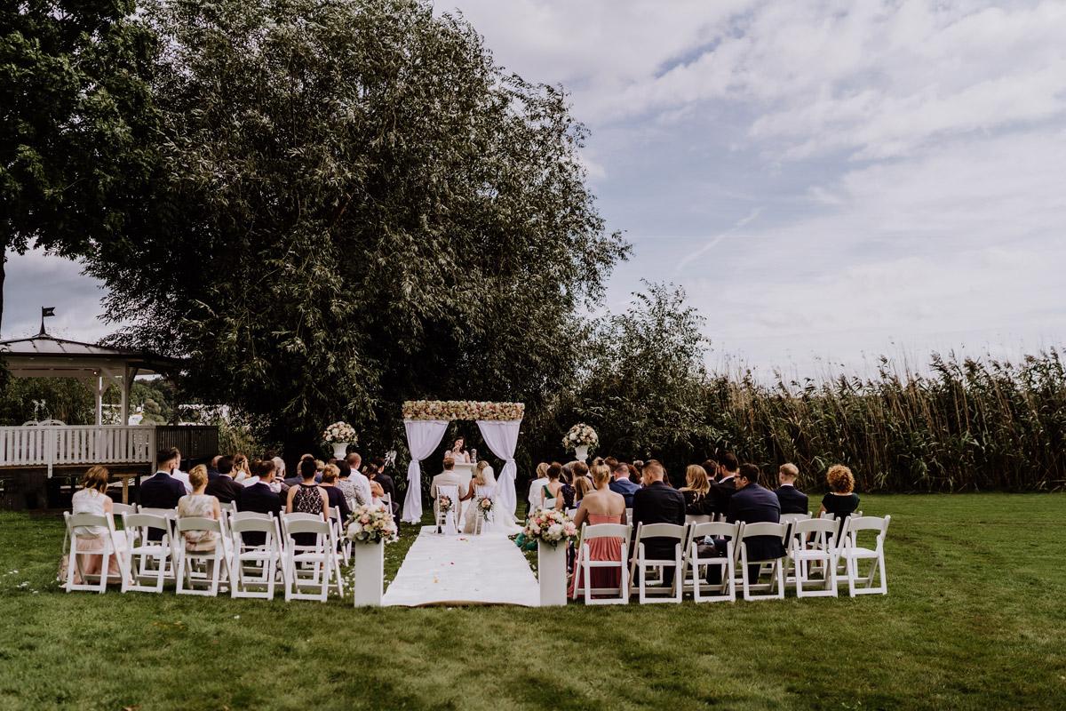 freie Trauung am Wasser unter freiem Himmel - Resort Schwielowsee Hochzeit mit freier Trauung von Hochzeitsfotograf Potsdam © www.hochzeitslicht.de #hochzeitslicht
