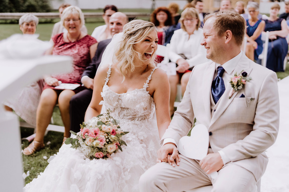 ungestellte Hochzeitsfotos Brautpaar bei Trauung - Resort Schwielowsee Hochzeit mit freier Trauung von Hochzeitsfotograf Potsdam © www.hochzeitslicht.de #hochzeitslicht