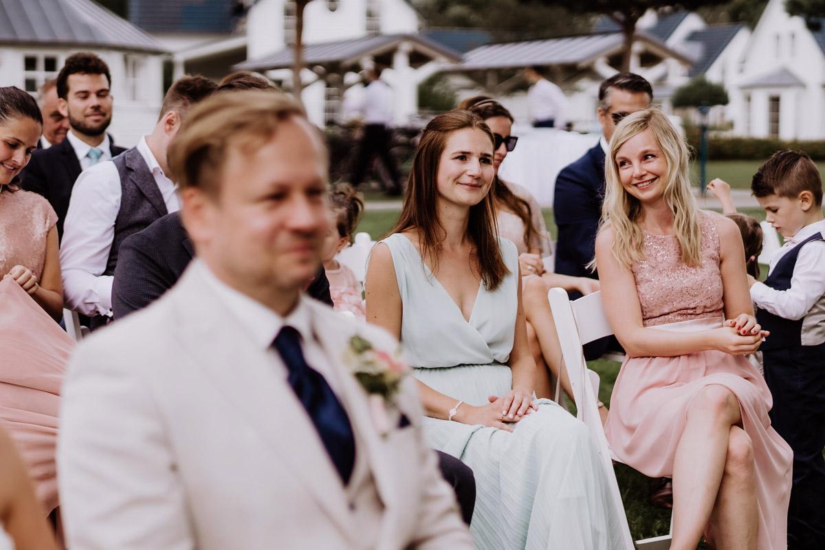 Momentaufnahmen Hochzeit Gäste - Resort Schwielowsee Hochzeit mit freier Trauung von Hochzeitsfotograf Potsdam © www.hochzeitslicht.de #hochzeitslicht