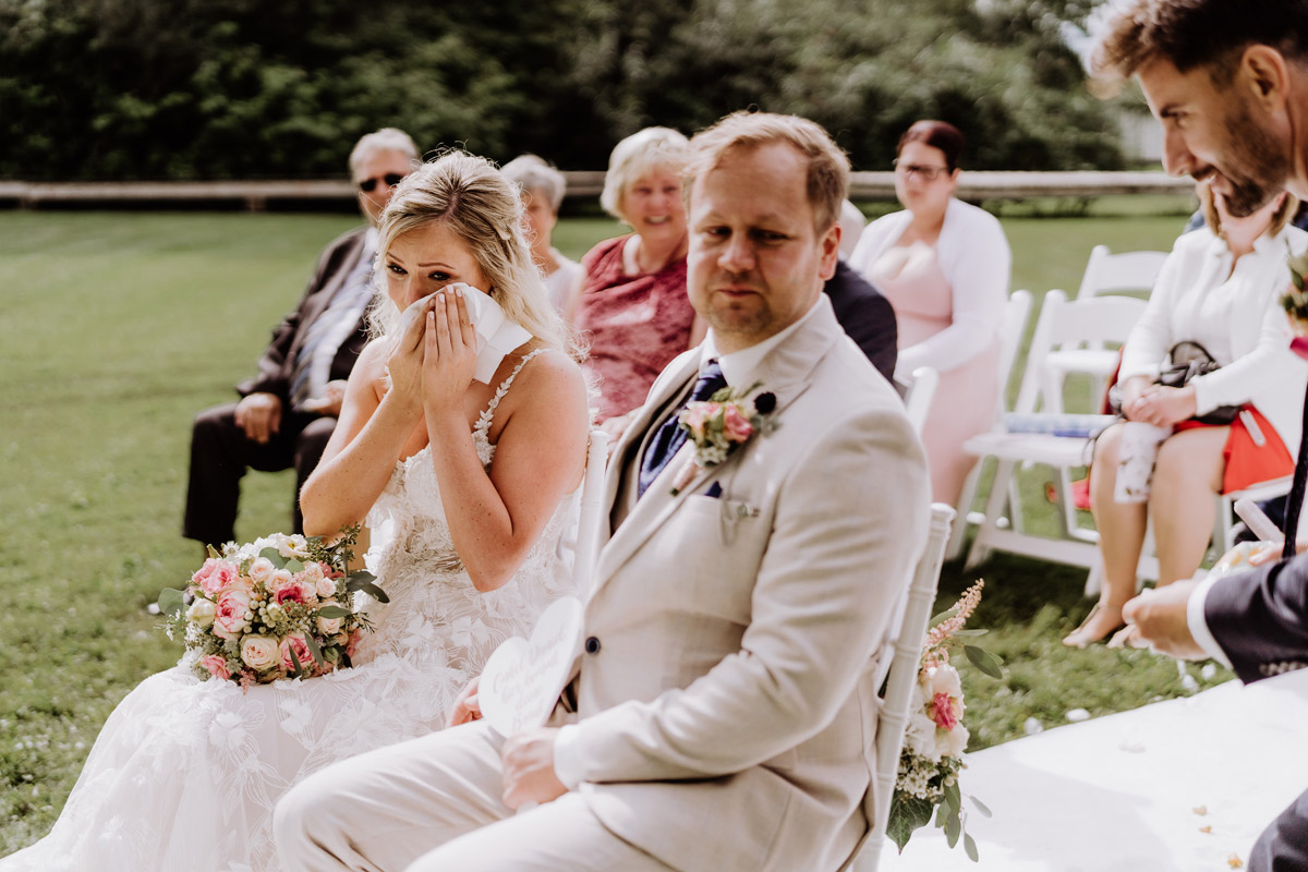 emotionales Hochzeitsfoto Trauung Freudentränen - Resort Schwielowsee Hochzeit mit freier Trauung von Hochzeitsfotograf Potsdam © www.hochzeitslicht.de #hochzeitslicht