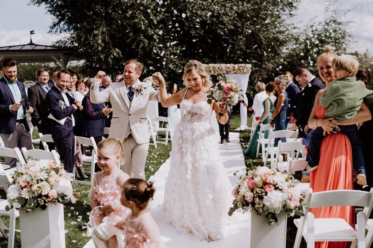 Hochzeitsfoto Auszug Brautpaar Hochzeit im Freien - Resort Schwielowsee Hochzeit mit freier Trauung von Hochzeitsfotograf Potsdam © www.hochzeitslicht.de #hochzeitslicht