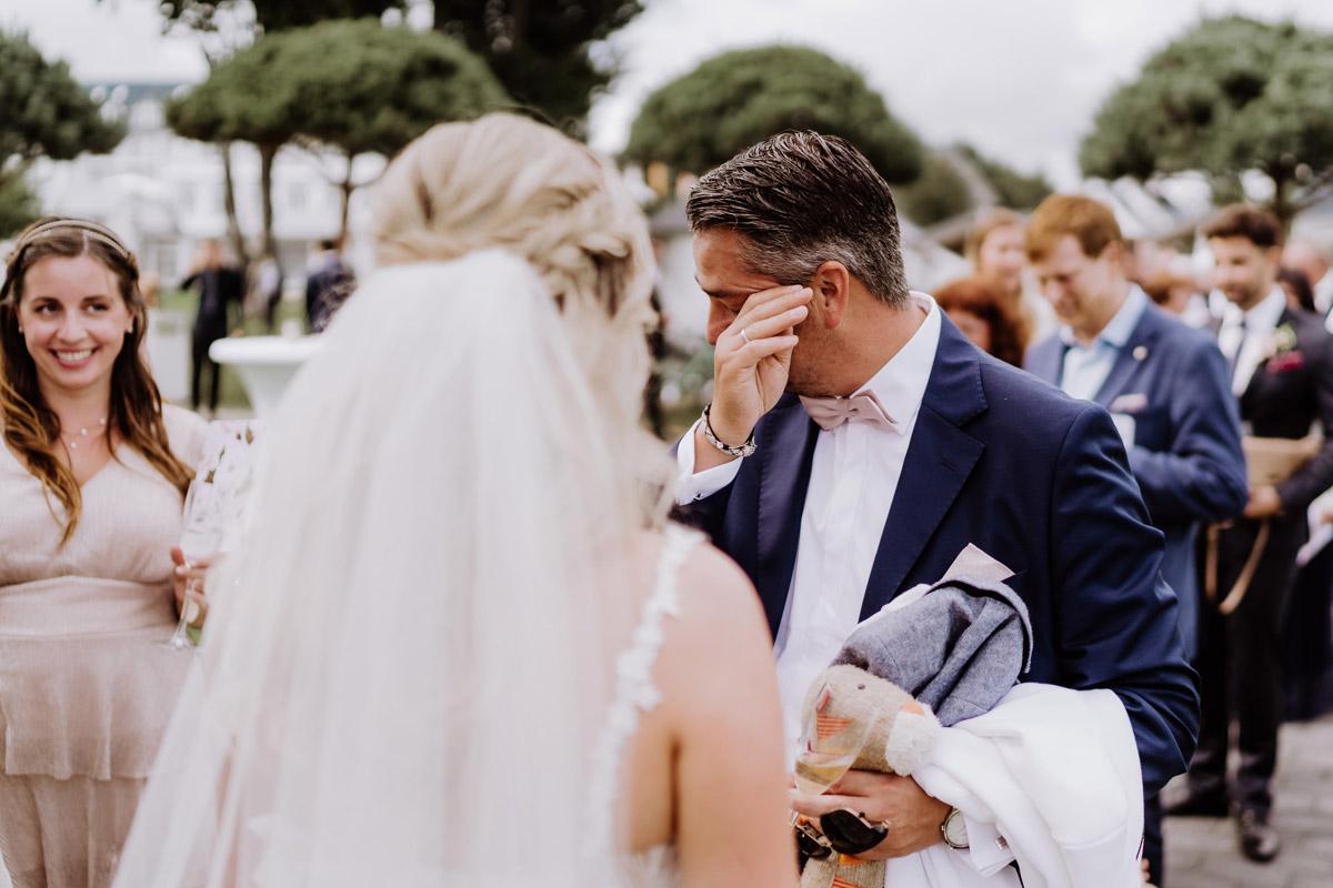 Hochzeitsfoto emotional Gratulation Gäste - Resort Schwielowsee Hochzeit mit freier Trauung von Hochzeitsfotograf Potsdam © www.hochzeitslicht.de #hochzeitslicht