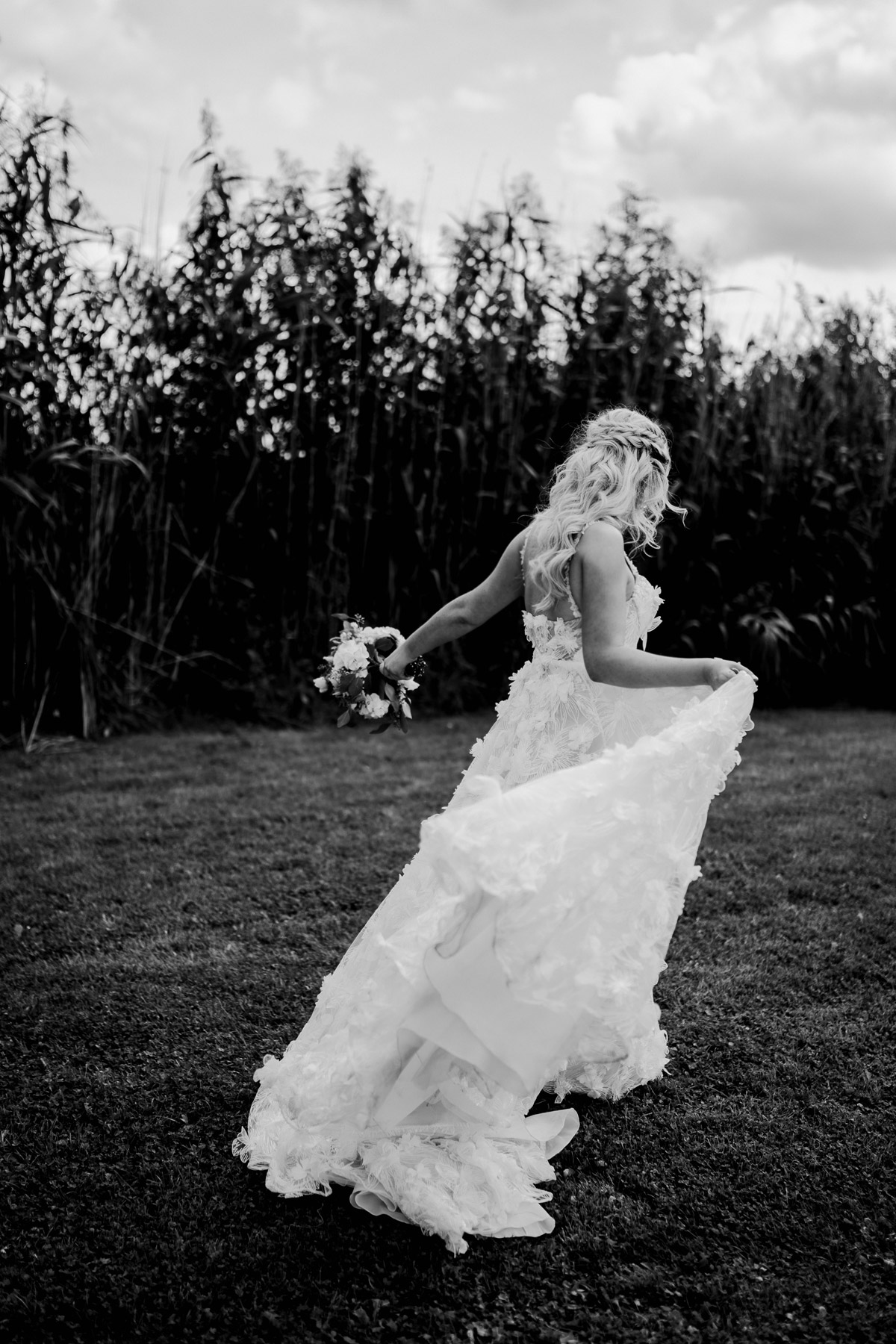 boho wedding dress real bride: #hochzeitslicht Braut trägt Galia Lahav Hochzeitskleid mit Blüten und wurde im Gehen von hinten fotografiert von Hochzeitsfotograf Potsdam im Resort Schwielowsee © www.hochzeitslicht.de