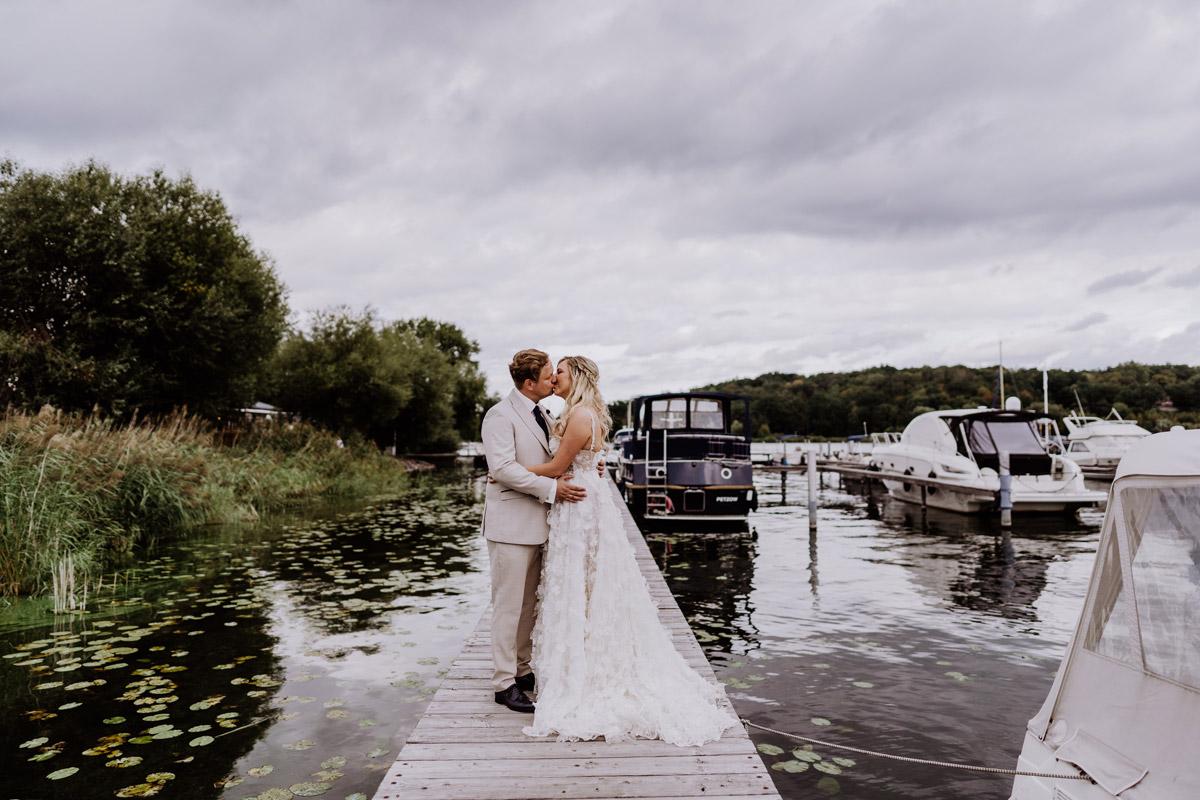 Idee Pose Fotoshooting Braut und Bräutigam auf Steg am Wasser - Resort Schwielowsee Hochzeit mit freier Trauung von Hochzeitsfotograf Potsdam © www.hochzeitslicht.de #hochzeitslicht