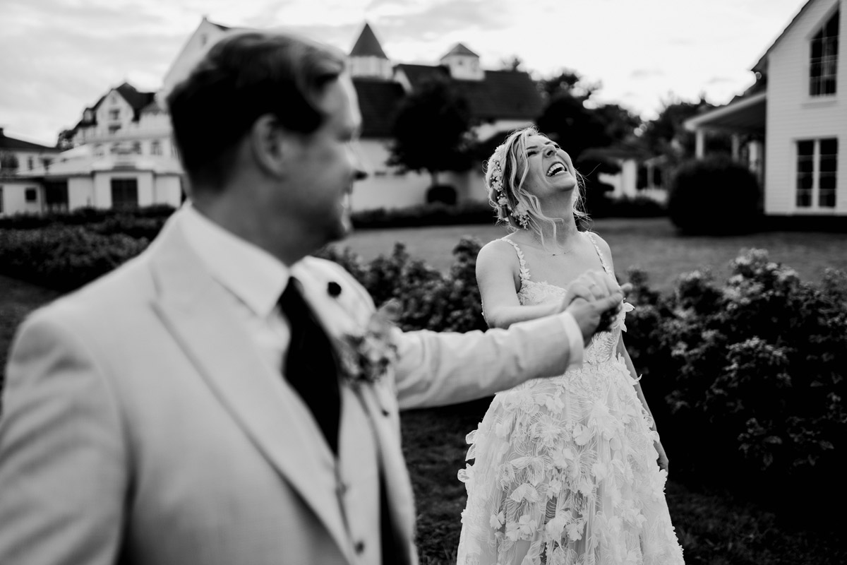 natürliche Hochzeitsfotografie lachende Braut - Resort Schwielowsee Hochzeit mit freier Trauung von Hochzeitsfotograf Potsdam © www.hochzeitslicht.de #hochzeitslicht