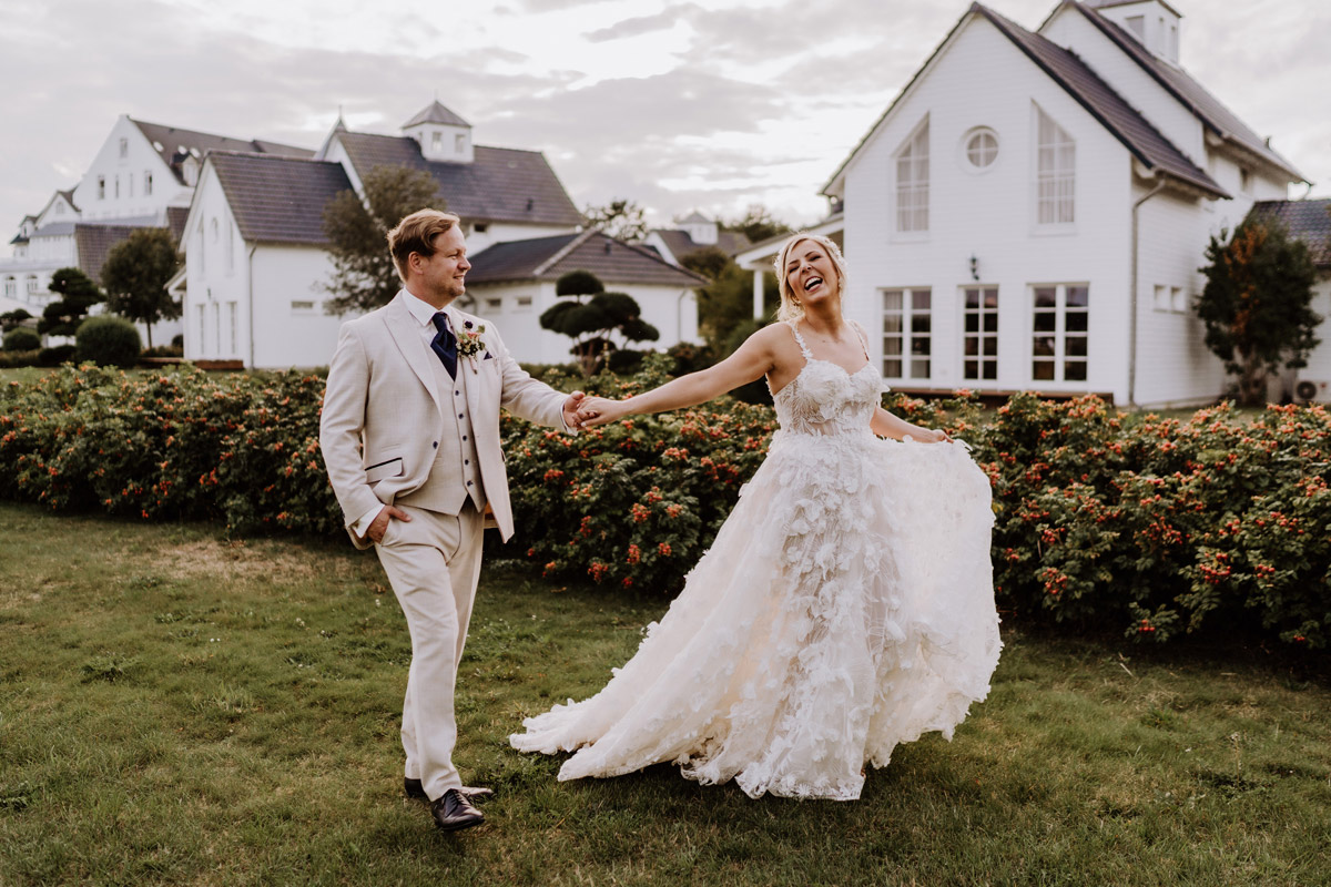 ungestellte Hochzeitsfotos im Gehen strahlende Braut - Resort Schwielowsee Hochzeit mit freier Trauung von Hochzeitsfotograf Potsdam © www.hochzeitslicht.de #hochzeitslicht