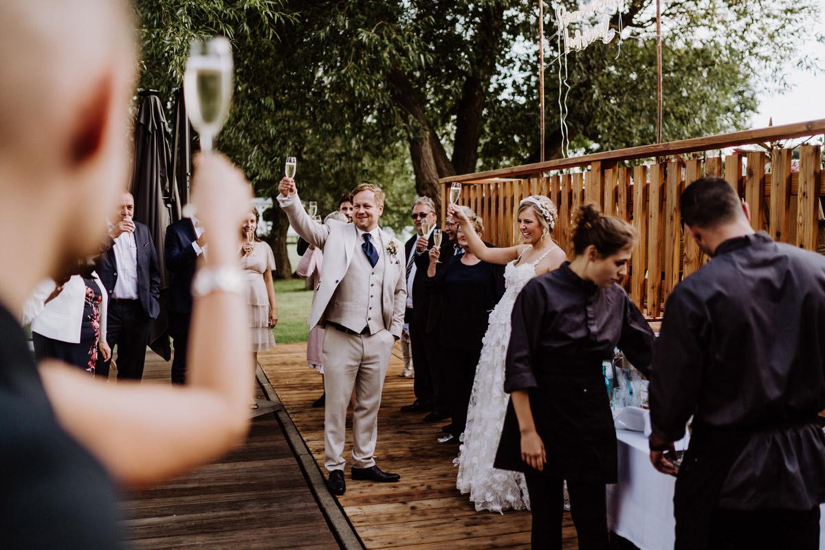 natürliche Hochzeitsmomente Sektempfang - Resort Schwielowsee Hochzeit mit freier Trauung von Hochzeitsfotograf Potsdam © www.hochzeitslicht.de #hochzeitslicht