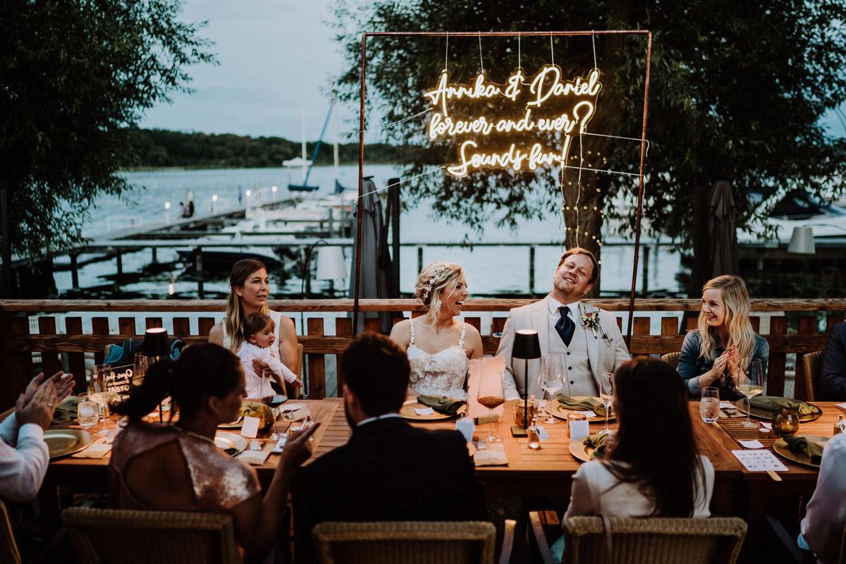 Hochzeitsfeier draußen am Wasser - Resort Schwielowsee Hochzeit mit freier Trauung von Hochzeitsfotograf Potsdam © www.hochzeitslicht.de #hochzeitslicht
