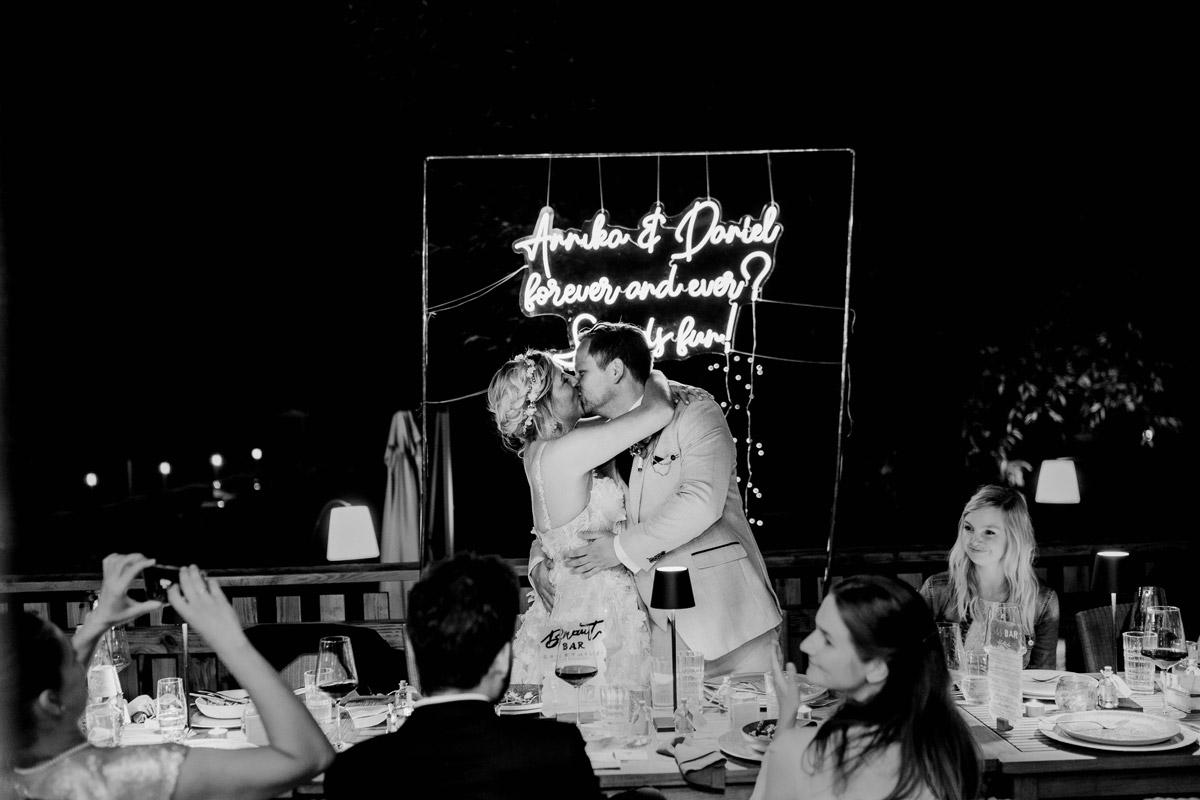 Idee Hochzeitsdeko Hochzeitsspruch Neon - Resort Schwielowsee Hochzeit mit freier Trauung von Hochzeitsfotograf Potsdam © www.hochzeitslicht.de #hochzeitslicht