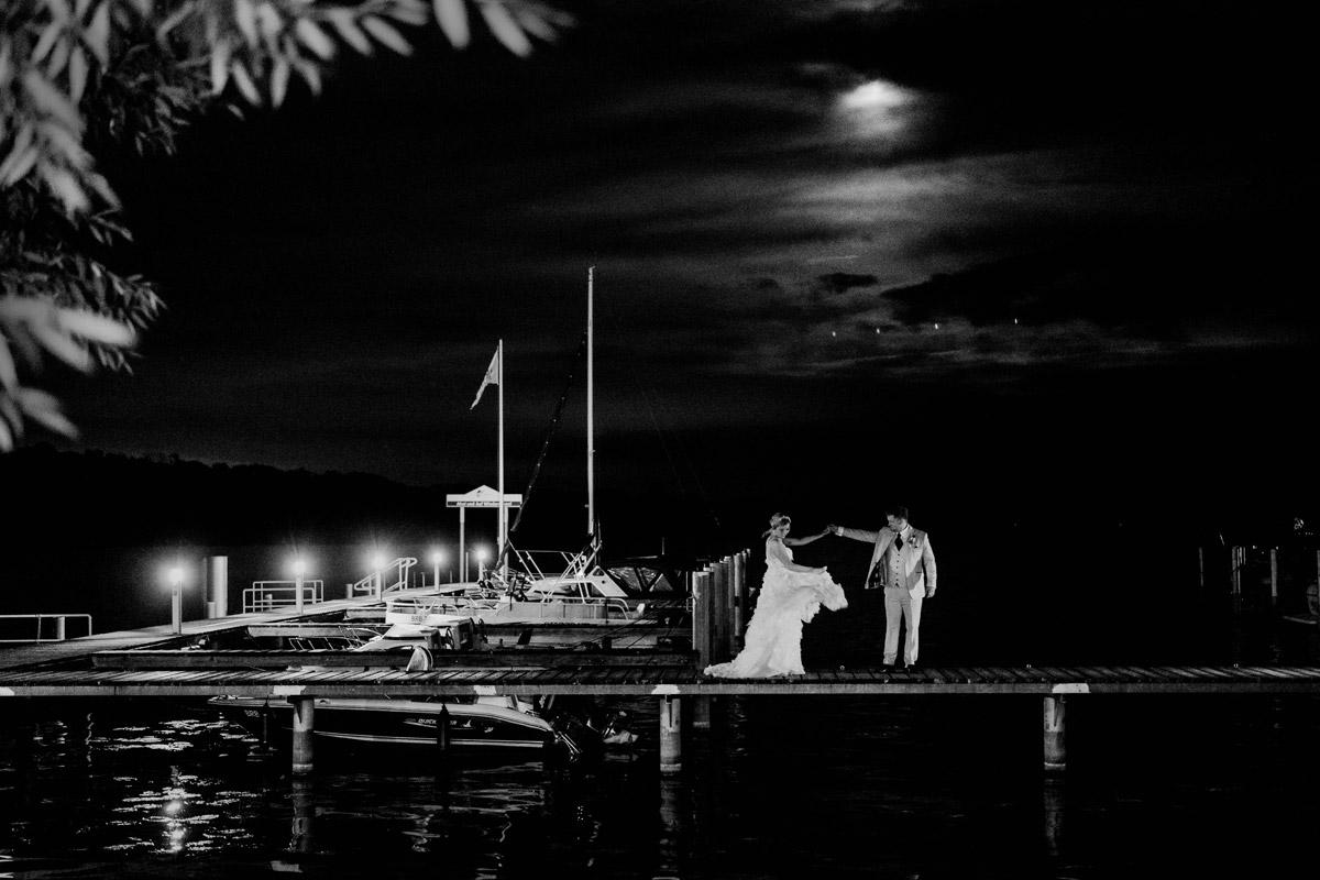 Brautpaarfotoshooting am Wasser im Dunkeln - Resort Schwielowsee Hochzeit mit freier Trauung von Hochzeitsfotograf Potsdam © www.hochzeitslicht.de #hochzeitslicht