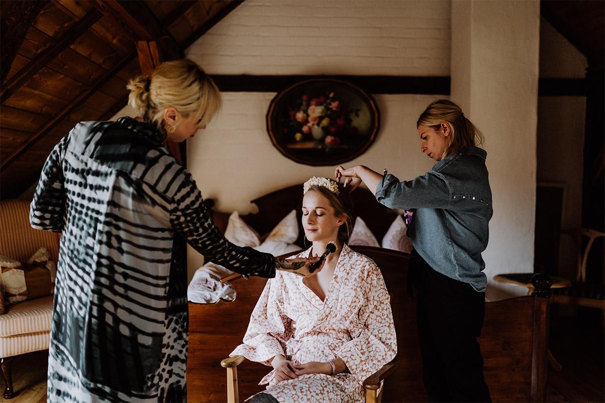 Hochzeitsfoto Styling Braut Bademantel - Spreewald Hochzeitsfotograf aus Berlin im Standesamt Weidendom im Spreewaldresort Seinerzeit und Spreewood Distillers © www.hochzeitslicht.de #hochzeitslicht