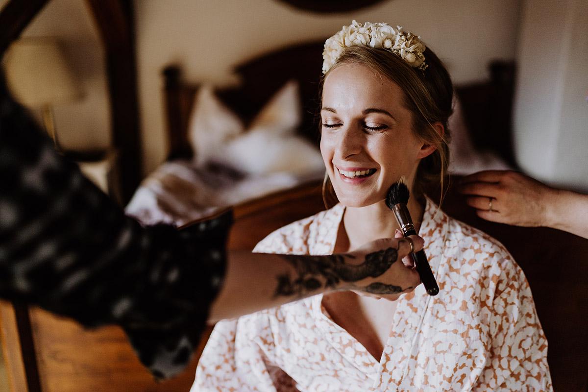 Hochzeitsbild Styling Braut Bademantel - Spreewald Hochzeitsfotograf aus Berlin im Standesamt Weidendom im Spreewaldresort Seinerzeit und Spreewood Distillers © www.hochzeitslicht.de #hochzeitslicht