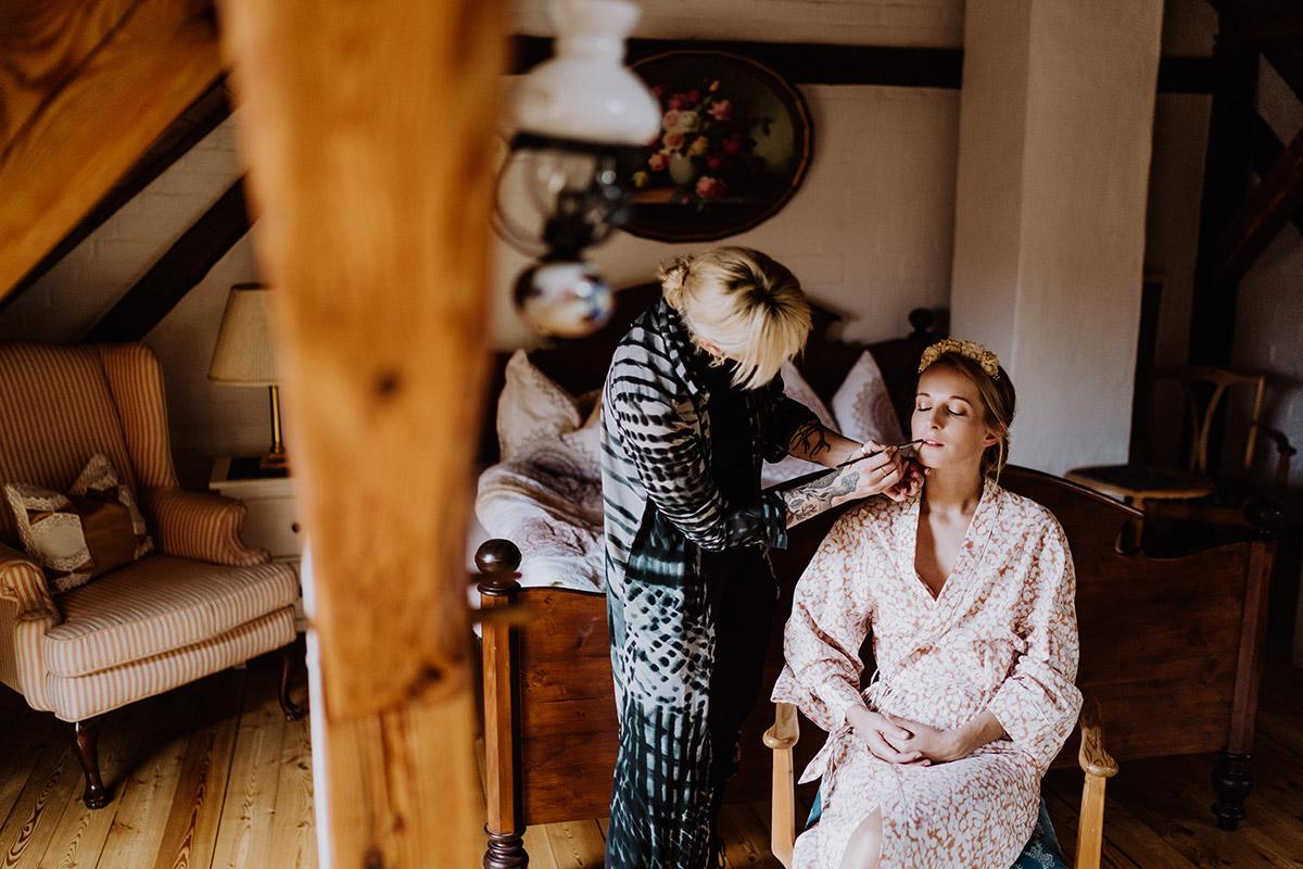 HHochzeitsfoto Idee Getting Ready Braut - Spreewald Hochzeitsfotograf aus Berlin im Standesamt Weidendom im Spreewaldresort Seinerzeit und Spreewood Distillers © www.hochzeitslicht.de #hochzeitslicht