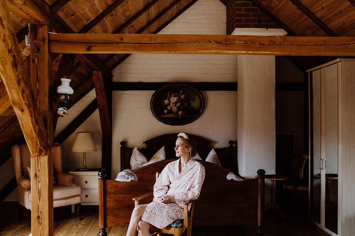 Portrait Braut vor Trauung - Spreewald Hochzeitsfotograf aus Berlin im Standesamt Weidendom im Spreewaldresort Seinerzeit und Spreewood Distillers © www.hochzeitslicht.de #hochzeitslicht