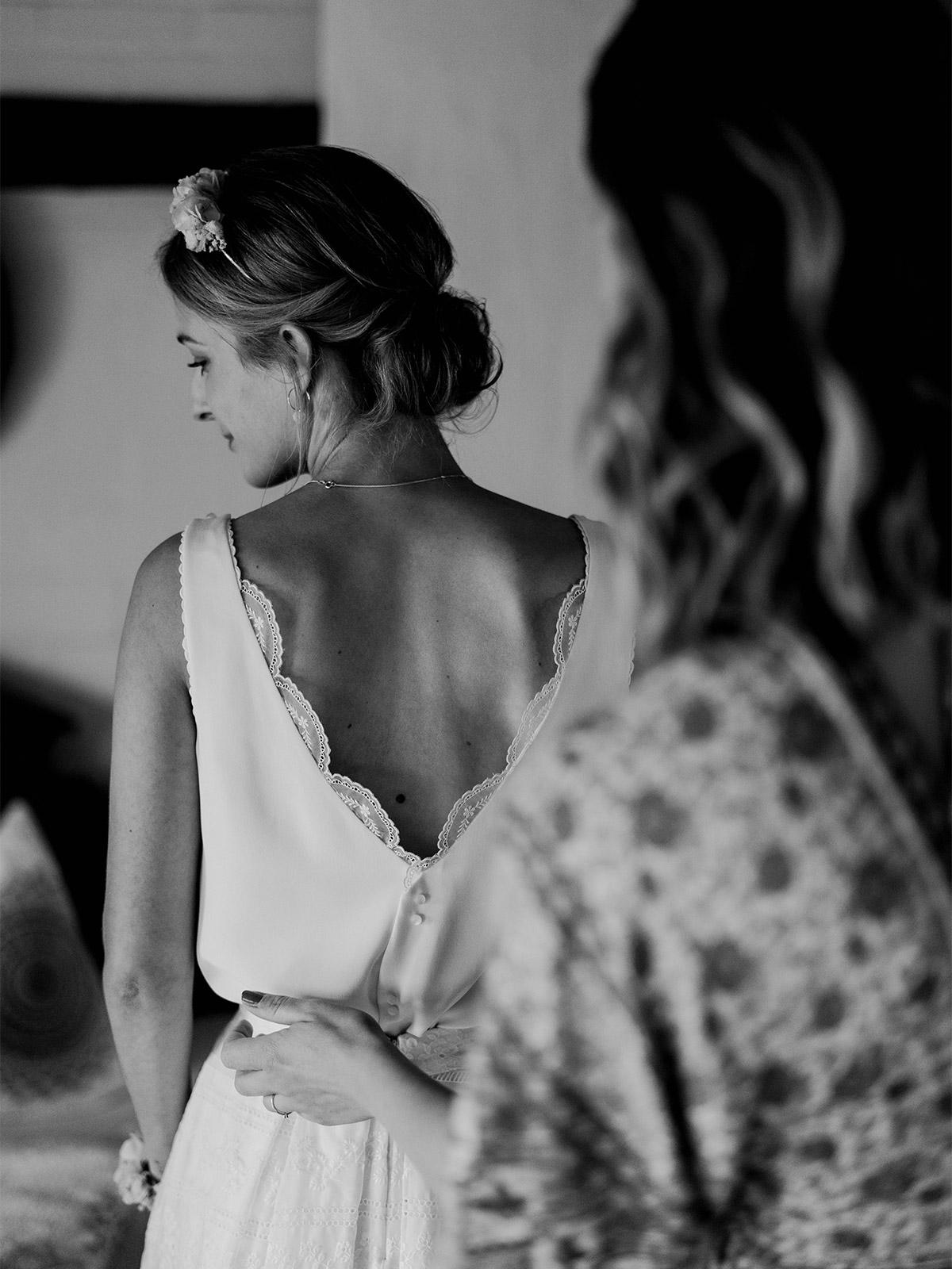 zweiteiliges Hochzeitskleid zum Standesamt: aus ärmelloser Bluse mit tiefem Rückenausschnitt und Spitze und A-Linien Rock festgehalten von Spreewald Hochzeitsfotograf aus Berlin © www.hochzeitslicht.de #hochzeitslicht