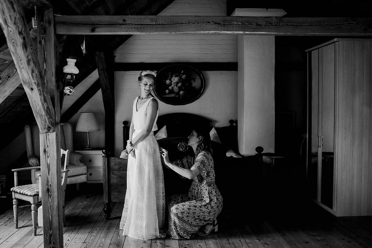 Hochzeitsfoto Anziehen Brautkleid - Spreewald Hochzeitsfotograf aus Berlin im Standesamt Weidendom im Spreewaldresort Seinerzeit und Spreewood Distillers © www.hochzeitslicht.de #hochzeitslicht