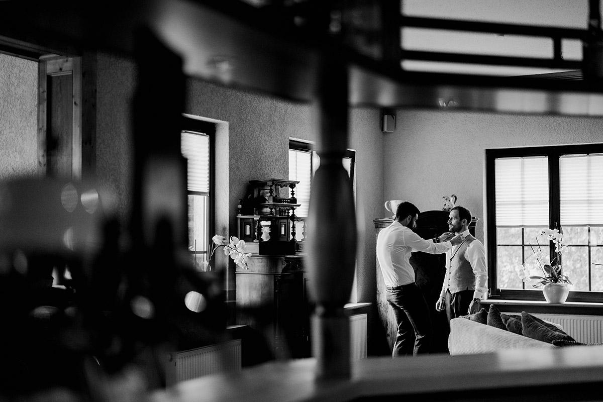 Hochzeitsfoto Idee Bräutigam mit Best Man - Spreewald Hochzeitsfotograf aus Berlin im Standesamt Weidendom im Spreewaldresort Seinerzeit und Spreewood Distillers © www.hochzeitslicht.de #hochzeitslicht