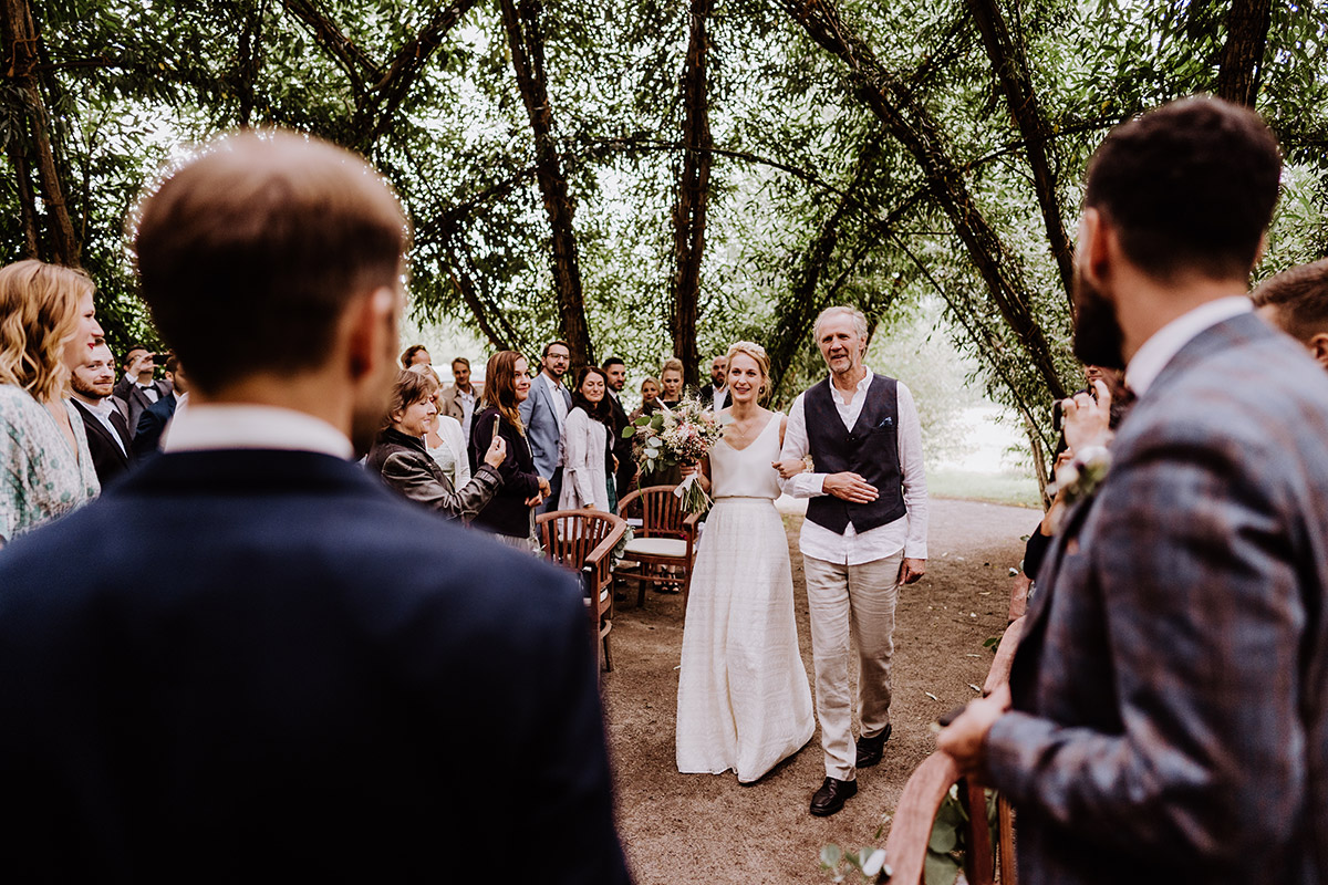 Hochzeitsfoto Einzug Braut standesamtliche Trauung Weidendom Schlepzig - Spreewald Hochzeitsfotograf aus Berlin im Standesamt Weidendom im Spreewaldresort Seinerzeit und Spreewood Distillers © www.hochzeitslicht.de #hochzeitslicht