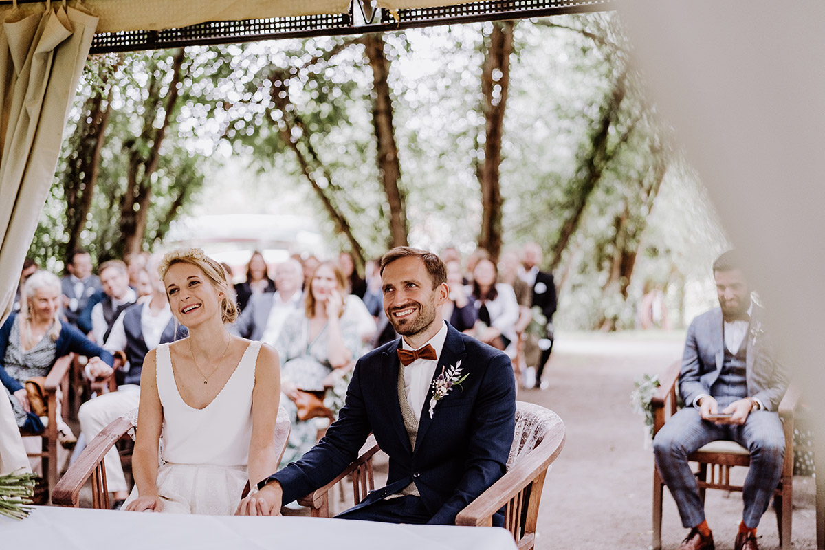 Trauung Standesamt unter freiem Himmel - Spreewald Hochzeitsfotograf aus Berlin im Standesamt Weidendom im Spreewaldresort Seinerzeit und Spreewood Distillers © www.hochzeitslicht.de #hochzeitslicht