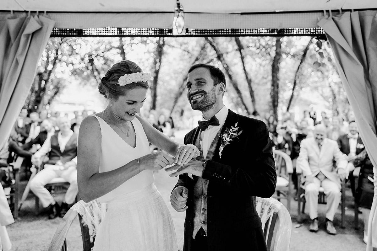 Hochzeitsfoto Ja-Wort Standesamt draußen - Spreewald Hochzeitsfotograf aus Berlin im Standesamt Weidendom im Spreewaldresort Seinerzeit und Spreewood Distillers © www.hochzeitslicht.de #hochzeitslicht