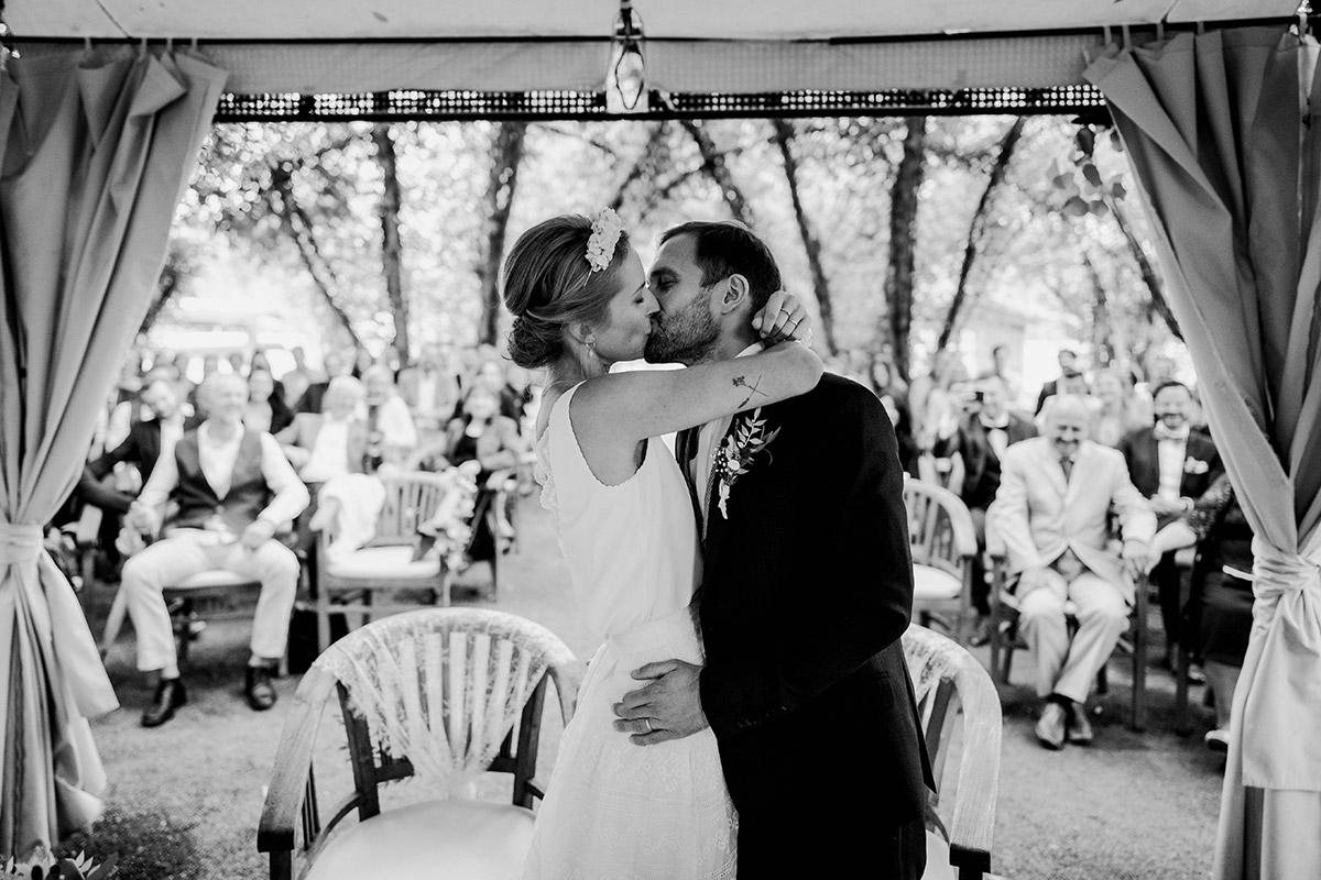 Hochzeitsfoto Kuss standesamtliche Trauung unter freiem Himmel - Spreewald Hochzeitsfotograf aus Berlin im Standesamt Weidendom im Spreewaldresort Seinerzeit und Spreewood Distillers © www.hochzeitslicht.de #hochzeitslicht