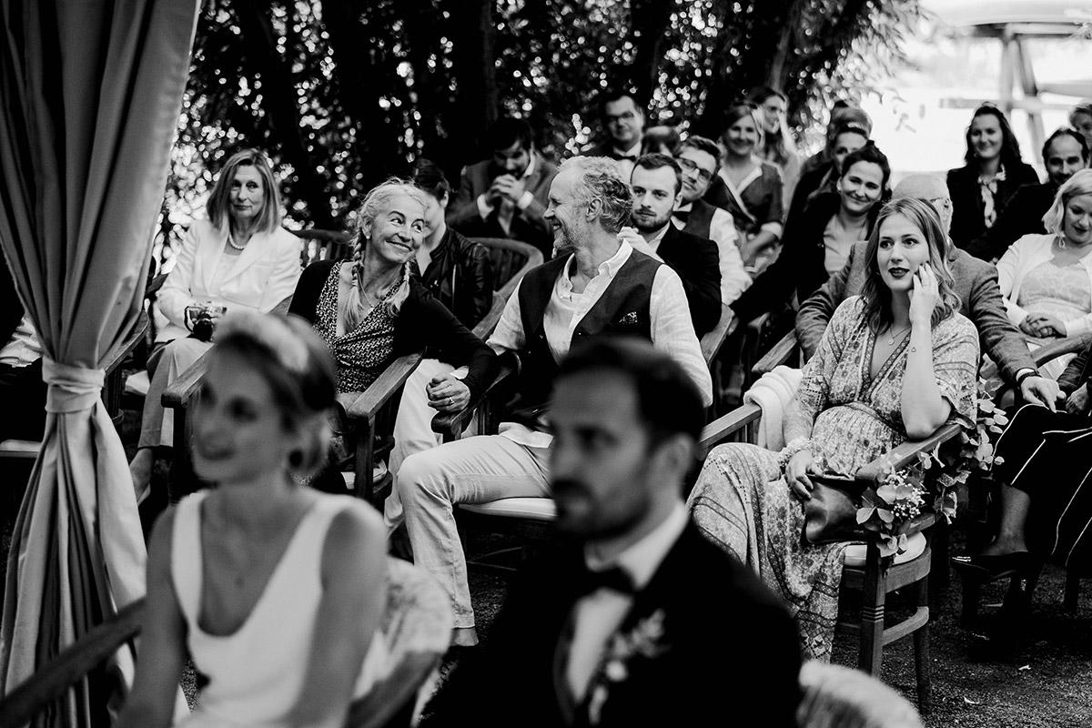 ungestellte Hochzeitsfotos Gäste standesamtliche Trauung - Spreewald Hochzeitsfotograf aus Berlin im Standesamt Weidendom im Spreewaldresort Seinerzeit und Spreewood Distillers © www.hochzeitslicht.de #hochzeitslicht