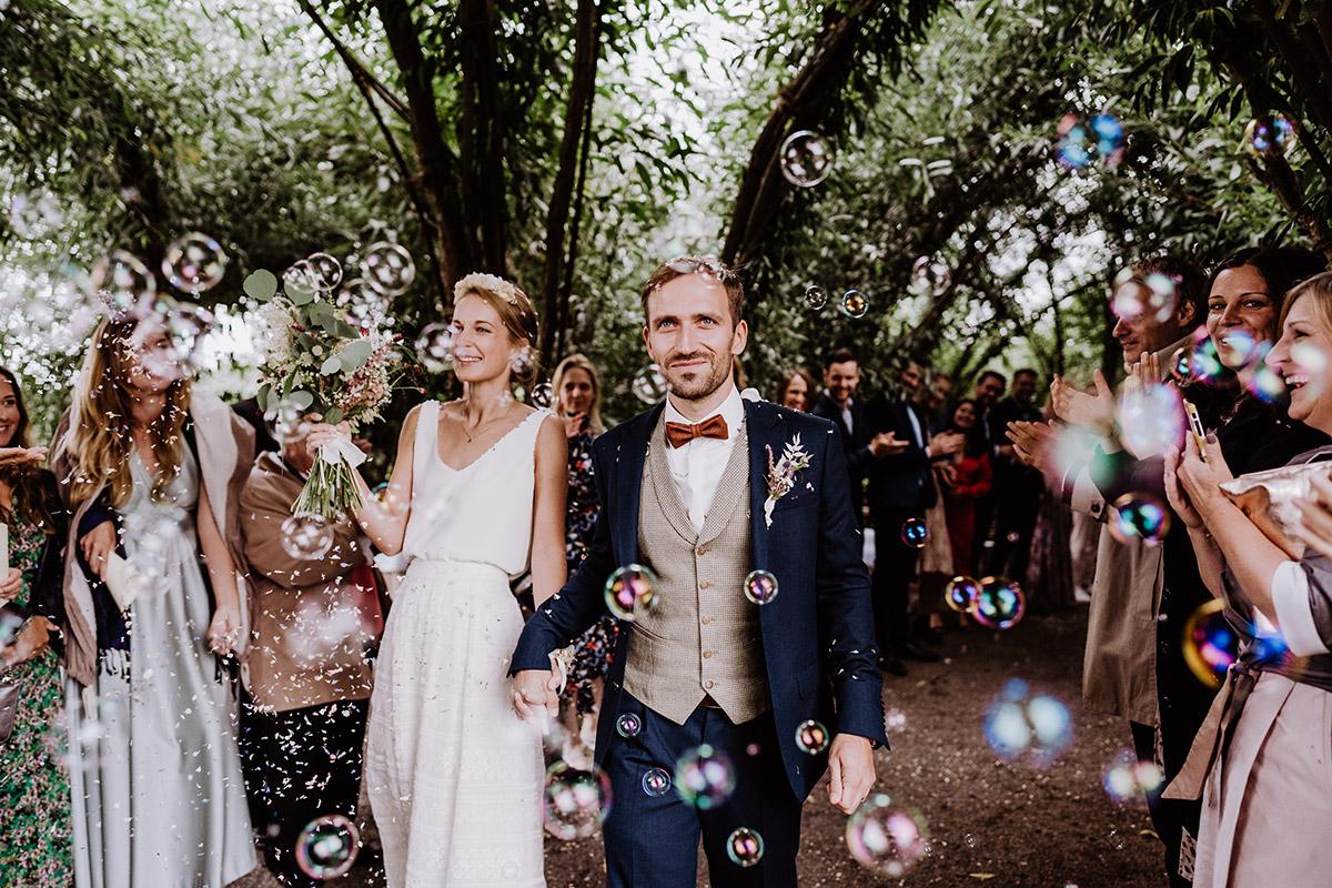 Idee Auszug Brautpaar Seifenblasen - Spreewald Hochzeitsfotograf aus Berlin im Standesamt Weidendom im Spreewaldresort Seinerzeit und Spreewood Distillers © www.hochzeitslicht.de #hochzeitslicht