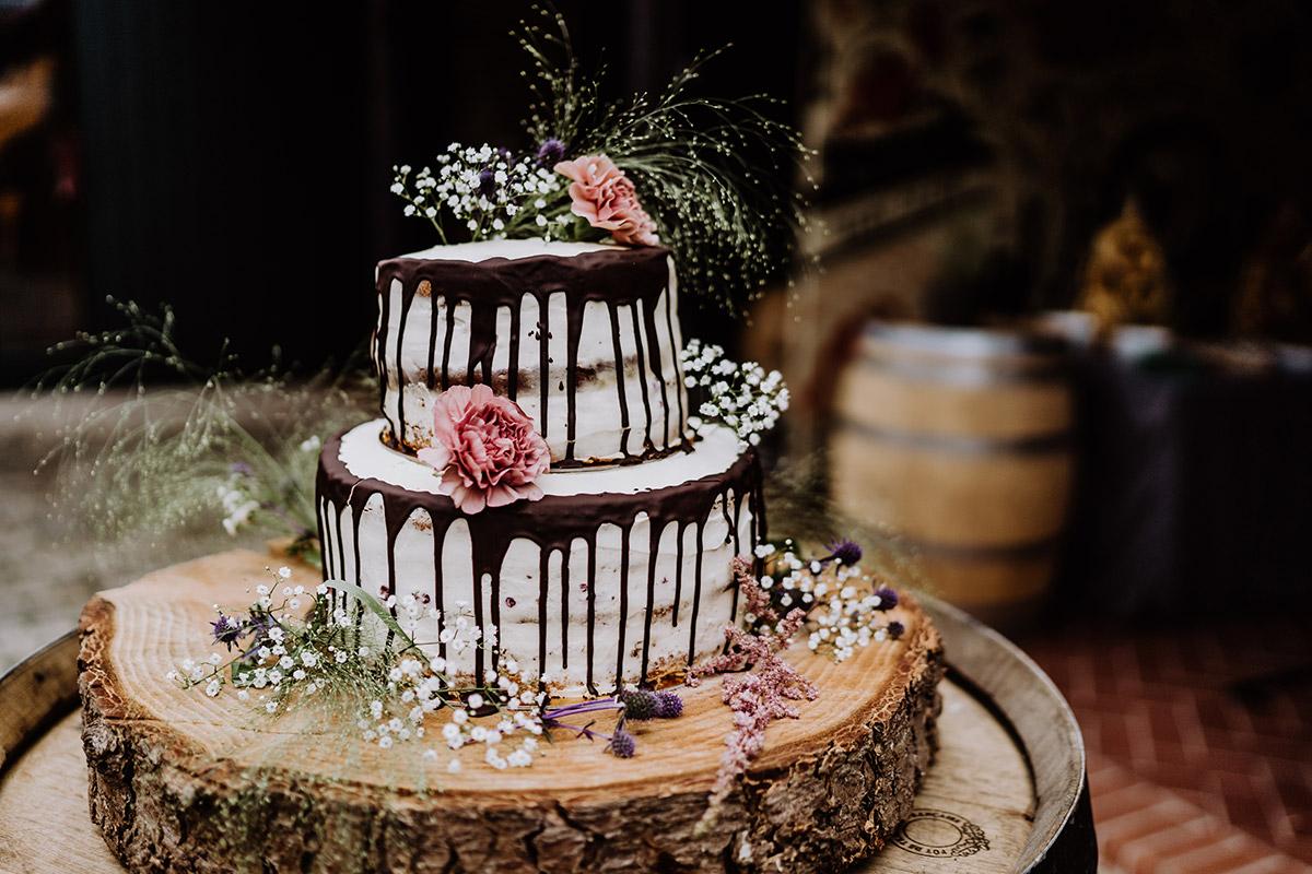 Hochzeitstorte Drip Cake mit Blumen - Spreewald Hochzeitsfotograf aus Berlin im Standesamt Weidendom im Spreewaldresort Seinerzeit und Spreewood Distillers © www.hochzeitslicht.de #hochzeitslicht