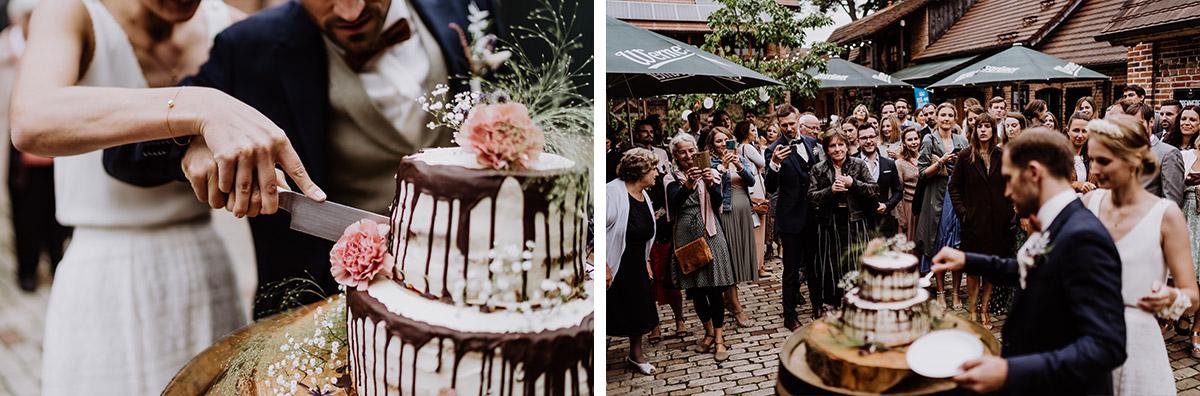 Hochzeitsfoto Anschneiden Hochzeitstorte Corona-Hochzeit draußen - Spreewald Hochzeitsfotograf aus Berlin im Standesamt Weidendom im Spreewaldresort Seinerzeit und Spreewood Distillers © www.hochzeitslicht.de #hochzeitslicht