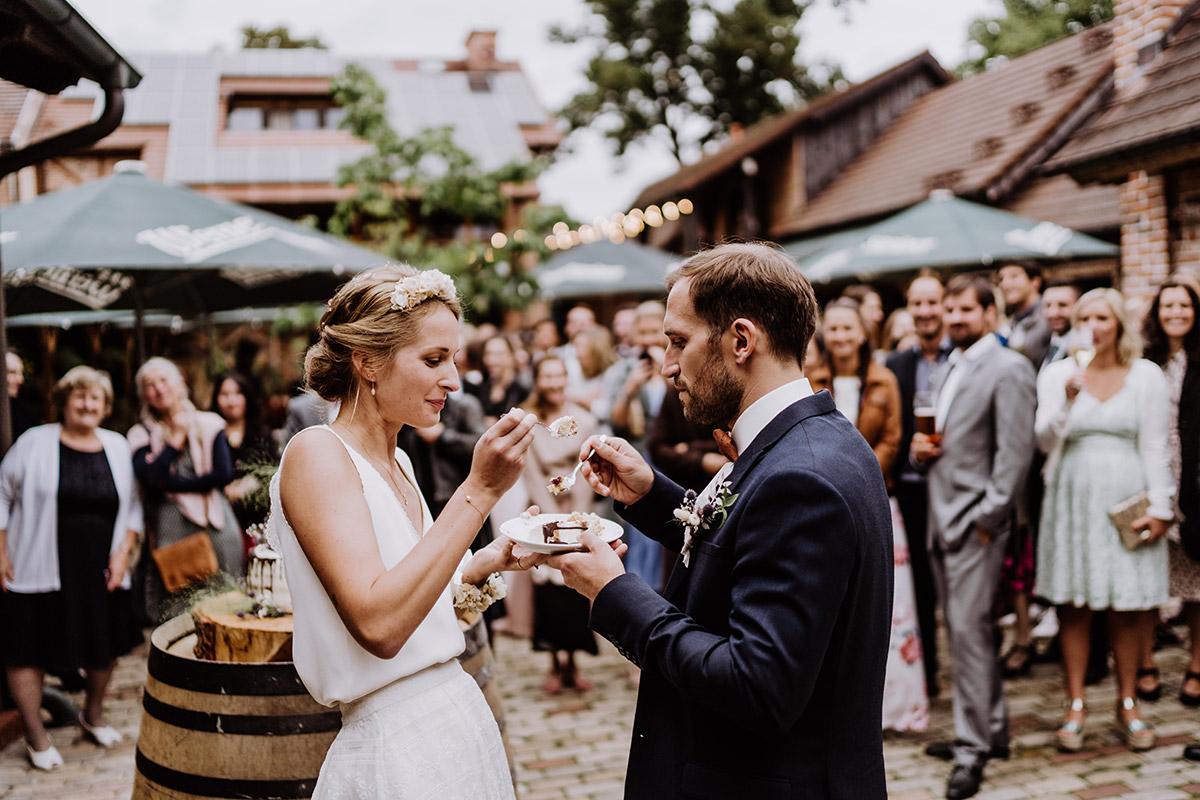 Corona Hochzeit unter freiem Himmel - Spreewald Hochzeitsfotograf aus Berlin im Standesamt Weidendom im Spreewaldresort Seinerzeit und Spreewood Distillers © www.hochzeitslicht.de #hochzeitslicht