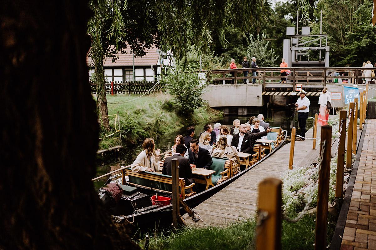 Idee Unterhaltung Gäste Kahnfahrt - Spreewald Hochzeitsfotograf aus Berlin im Standesamt Weidendom im Spreewaldresort Seinerzeit und Spreewood Distillers © www.hochzeitslicht.de #hochzeitslicht