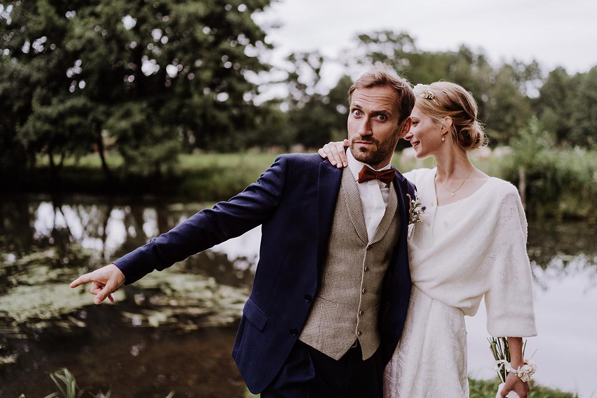 lustiges Brautpaarfoto - Spreewald Hochzeitsfotograf aus Berlin im Standesamt Weidendom im Spreewaldresort Seinerzeit und Spreewood Distillers © www.hochzeitslicht.de #hochzeitslicht