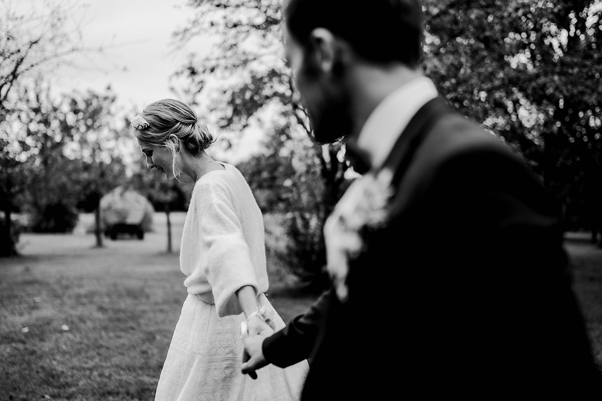 Brautpaar Fotos ungestellt im Gehen - Spreewald Hochzeitsfotograf aus Berlin im Standesamt Weidendom im Spreewaldresort Seinerzeit und Spreewood Distillers © www.hochzeitslicht.de #hochzeitslicht