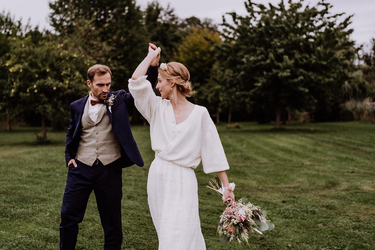 Brautpaar tanzt Hochzeitsfotos - Spreewald Hochzeitsfotograf aus Berlin im Standesamt Weidendom im Spreewaldresort Seinerzeit und Spreewood Distillers © www.hochzeitslicht.de #hochzeitslicht