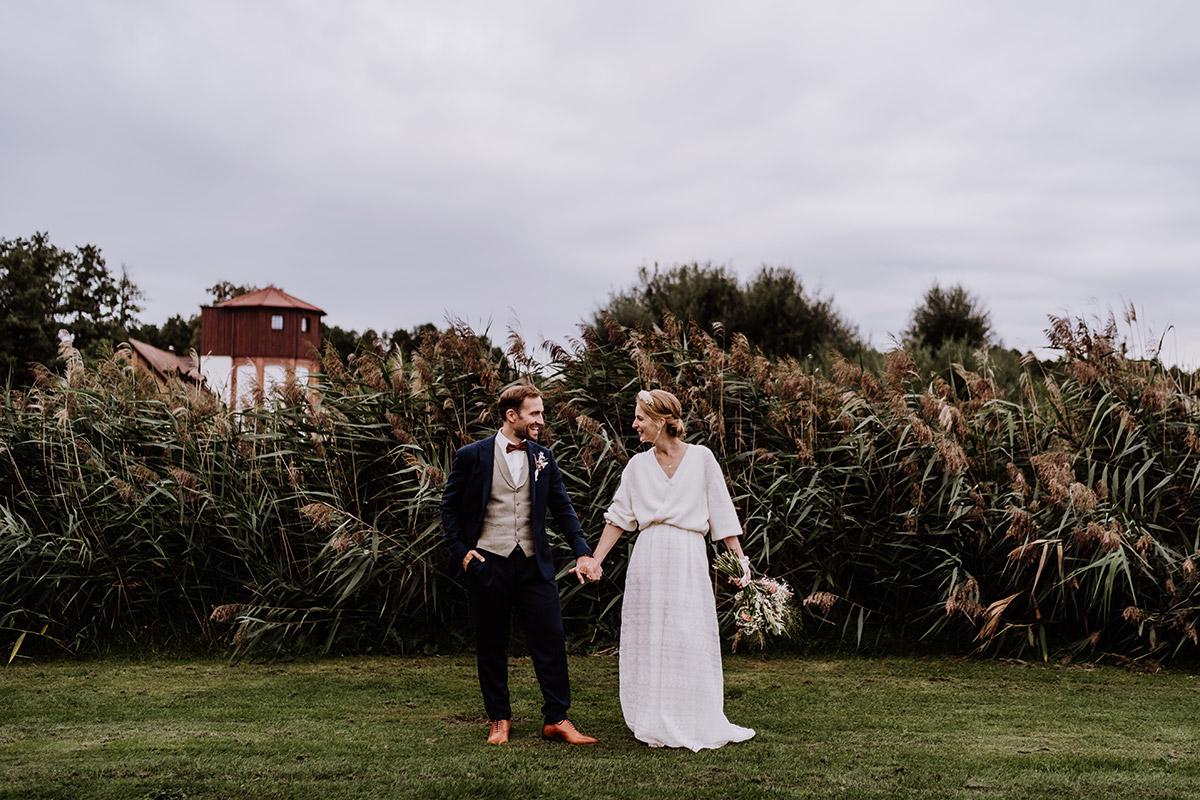 Hochzeitsfotoshooting am Wasser - Spreewald Hochzeitsfotograf aus Berlin im Standesamt Weidendom im Spreewaldresort Seinerzeit und Spreewood Distillers © www.hochzeitslicht.de #hochzeitslicht