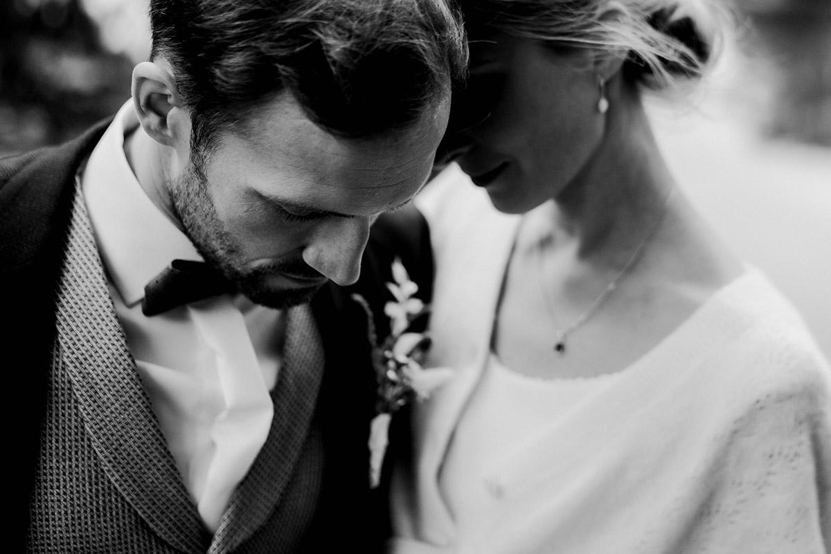 Brautpaarfoto intim schwarz weiß - Spreewald Hochzeitsfotograf aus Berlin im Standesamt Weidendom im Spreewaldresort Seinerzeit und Spreewood Distillers © www.hochzeitslicht.de #hochzeitslicht