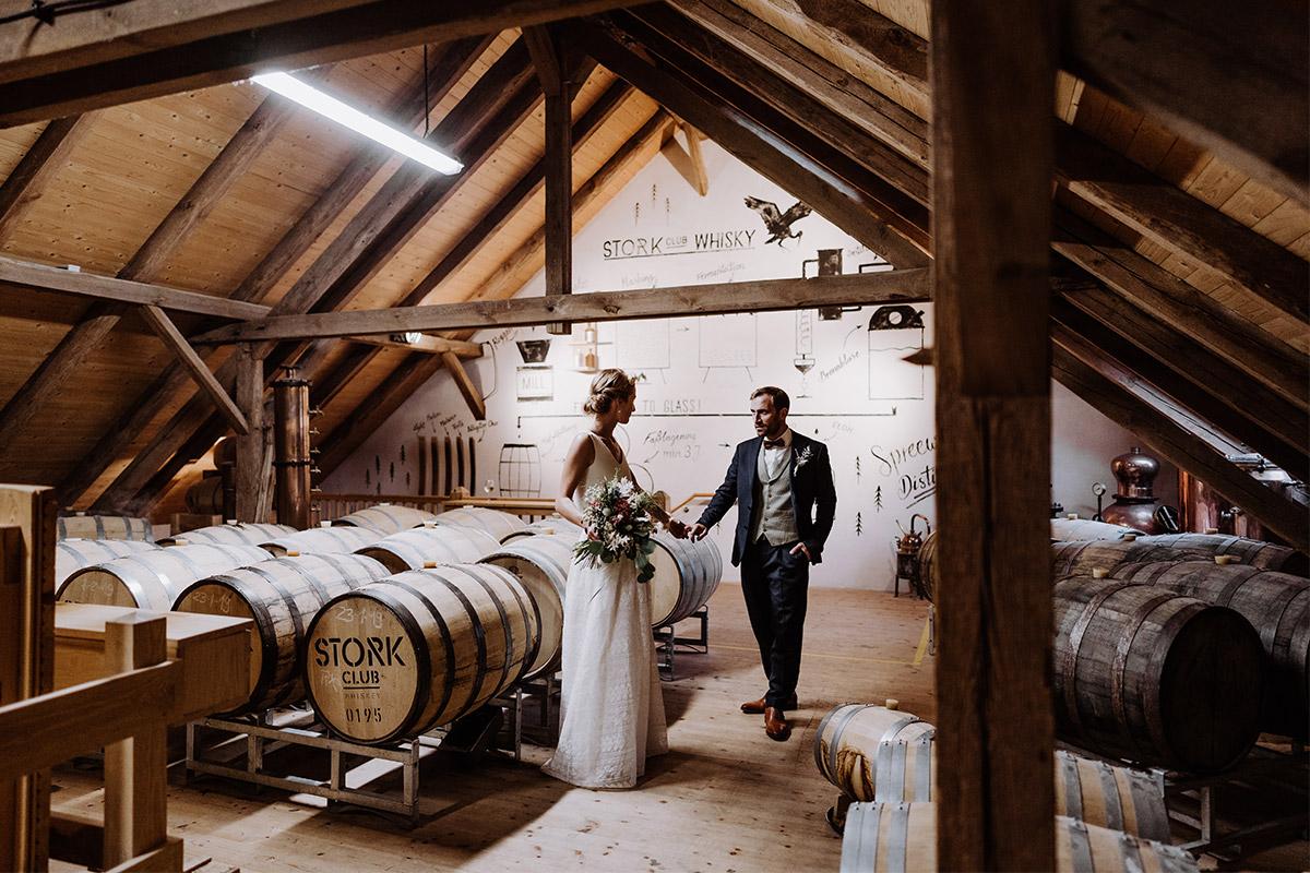 Fotoshooting Hochzeitslocation Stork Club Whiskey - Spreewald Hochzeitsfotograf aus Berlin im Standesamt Weidendom im Spreewaldresort Seinerzeit und Spreewood Distillers © www.hochzeitslicht.de #hochzeitslicht