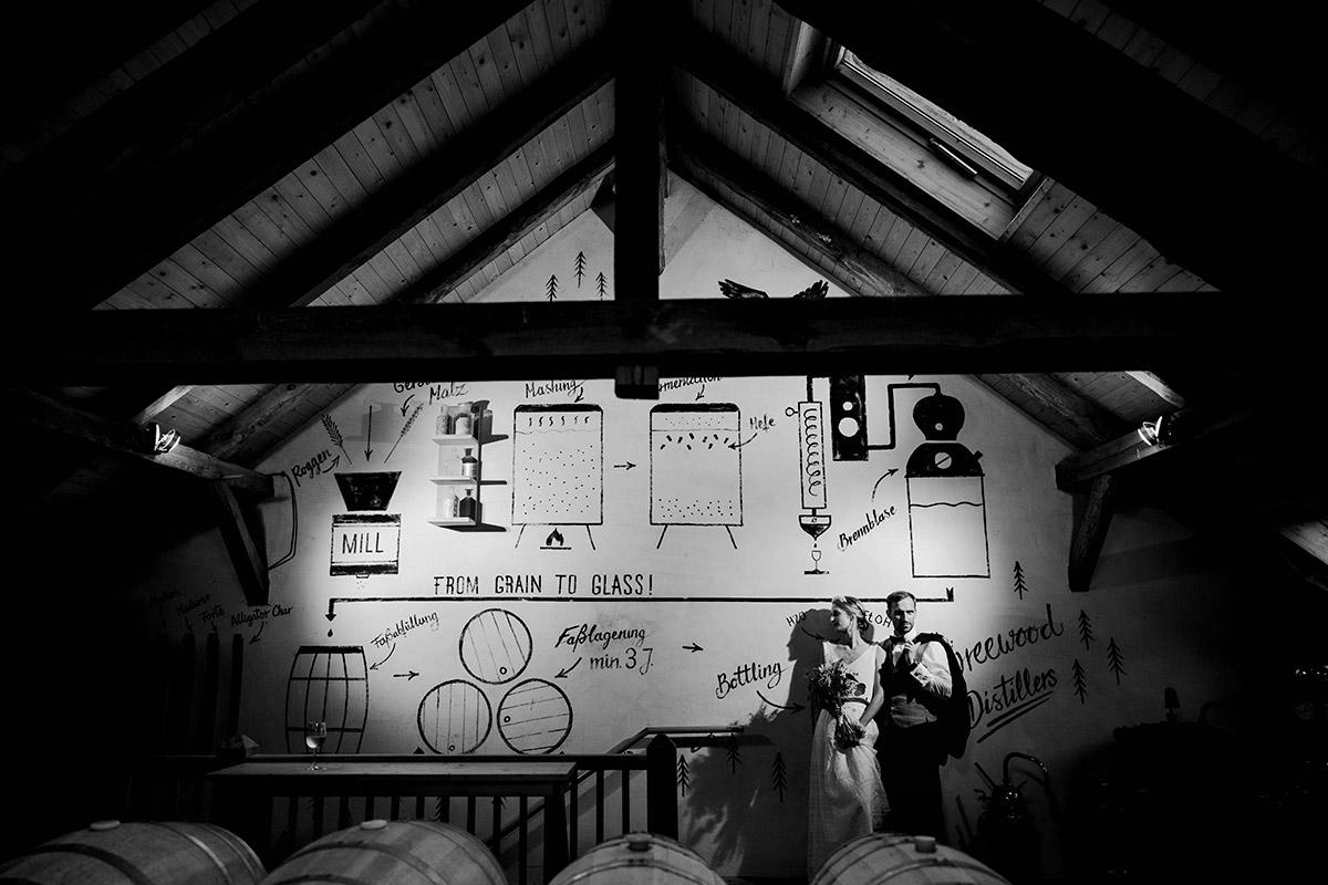 Vintage Hochzeitsfotos Brautpaar - Spreewald Hochzeitsfotograf aus Berlin im Standesamt Weidendom im Spreewaldresort Seinerzeit und Spreewood Distillers © www.hochzeitslicht.de #hochzeitslicht