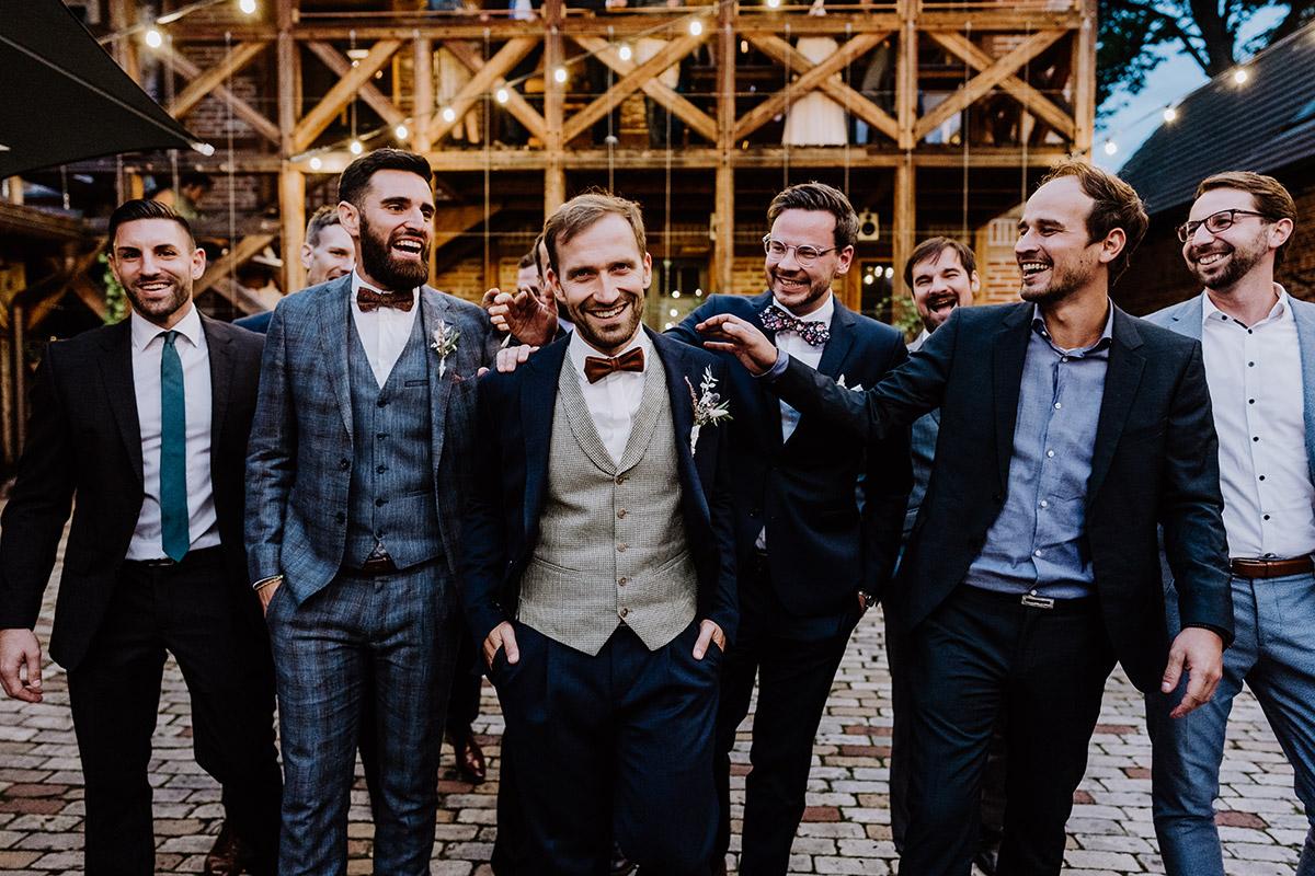 Idee Gruppenfoto Bräutigam mit männlichen Gästen - Spreewald Hochzeitsfotograf aus Berlin im Standesamt Weidendom im Spreewaldresort Seinerzeit und Spreewood Distillers © www.hochzeitslicht.de #hochzeitslicht
