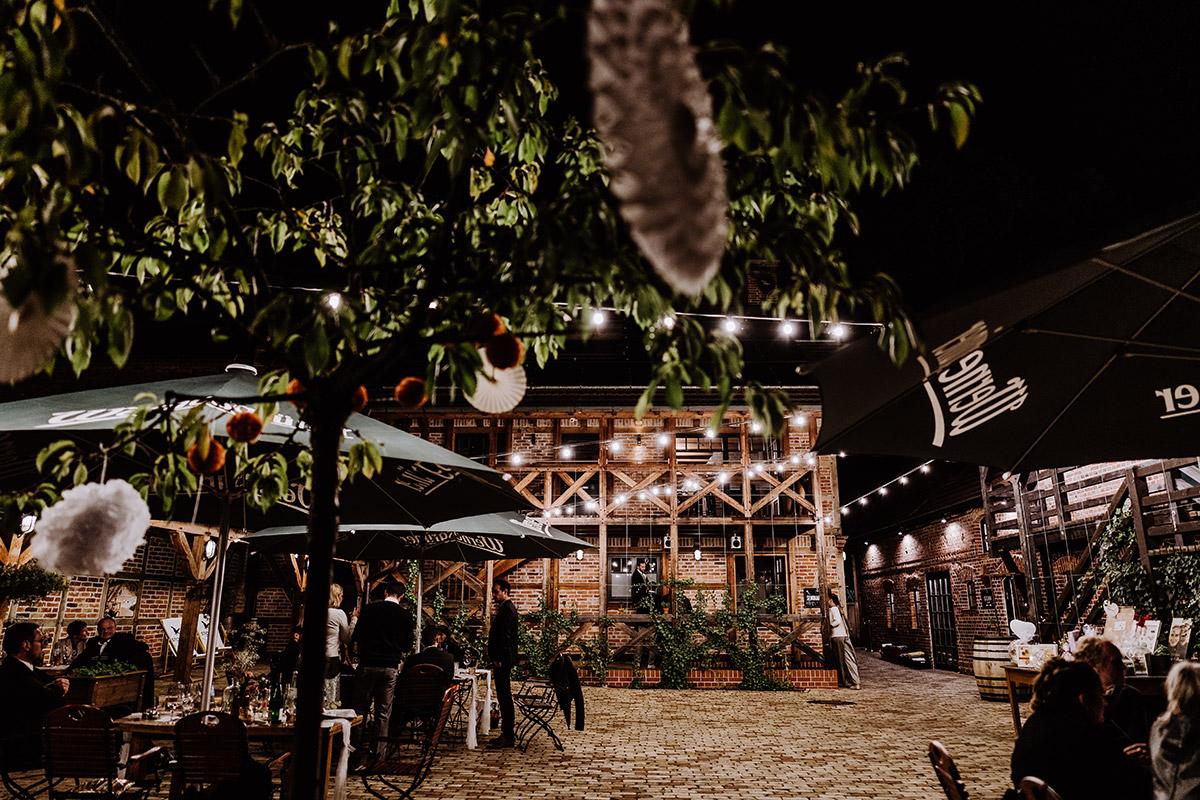 Corona Hochzeit draußen - Spreewald Hochzeitsfotograf aus Berlin im Standesamt Weidendom im Spreewaldresort Seinerzeit und Spreewood Distillers © www.hochzeitslicht.de #hochzeitslicht
