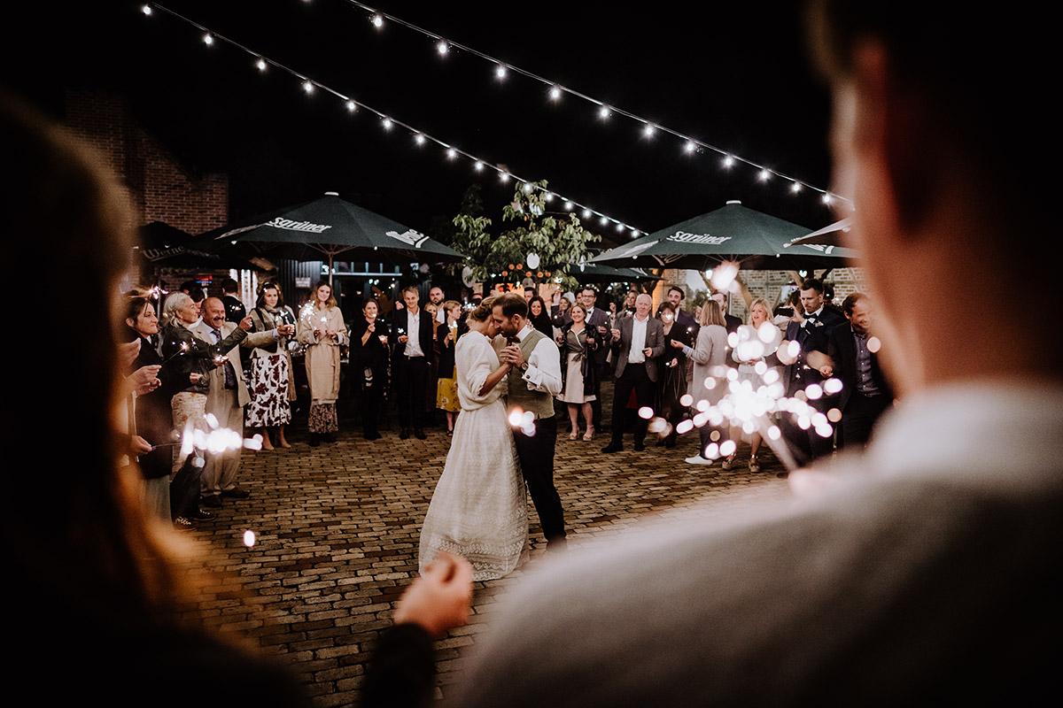 Hochzeitsfoto Eröffnungstanz Brautpaar unter freiem Himmel - Spreewald Hochzeitsfotograf aus Berlin im Standesamt Weidendom im Spreewaldresort Seinerzeit und Spreewood Distillers © www.hochzeitslicht.de #hochzeitslicht