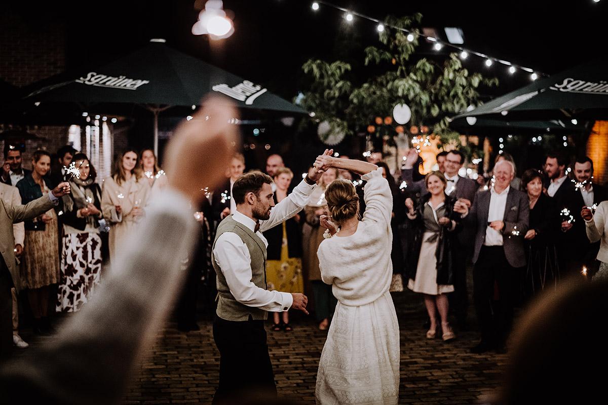 Hochzeitsfoto Brautpaar Tanz unter Lichterketten - Spreewald Hochzeitsfotograf aus Berlin im Standesamt Weidendom im Spreewaldresort Seinerzeit und Spreewood Distillers © www.hochzeitslicht.de #hochzeitslicht