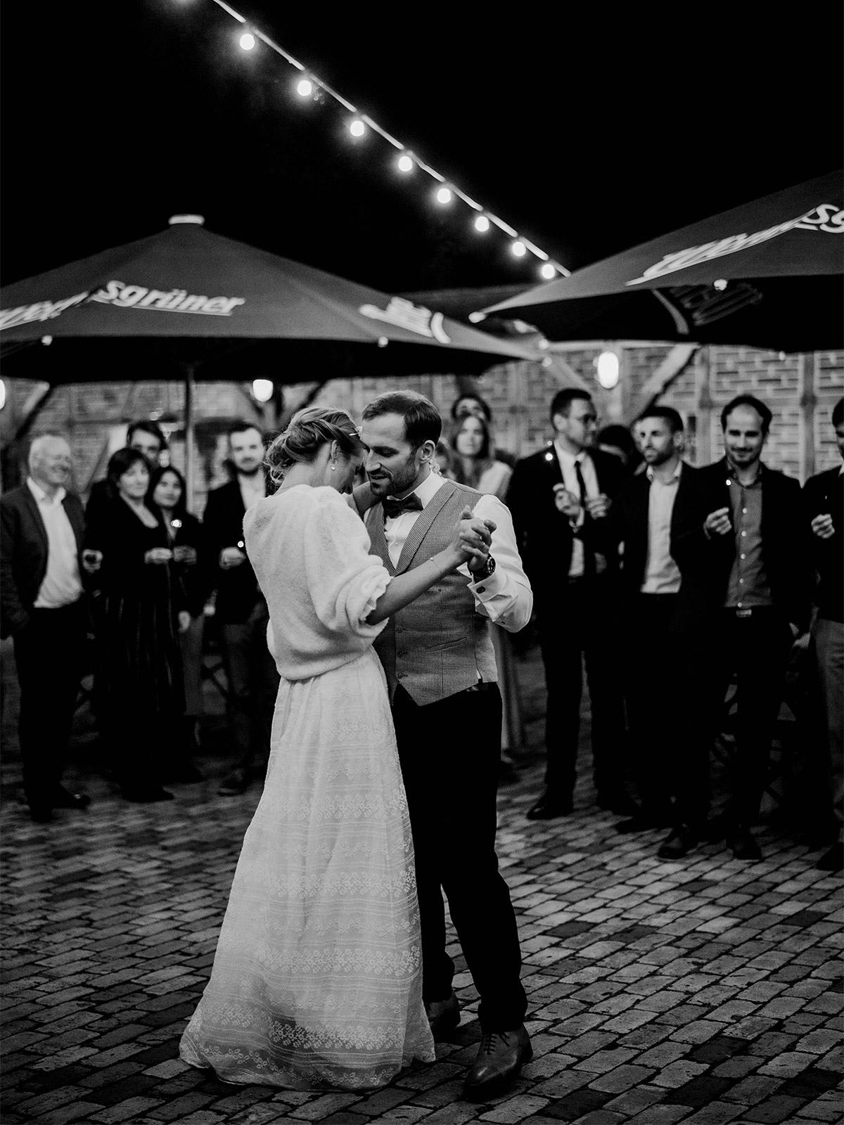 Hochzeit Ideen zur Feier: Der Hochzeitstanz gehört wohl zu jedem Programm. So auch bei dieser Herbsthochzeit zur Corona-Zeit. Nur musste der Tanz nach der Standesamthochzeit unter freiem Himmel statt finden was trotzdem sehr schön war. Mehr Hochzeitsmomente im Blog von © www.hochzeitslicht.de #hochzeitslicht