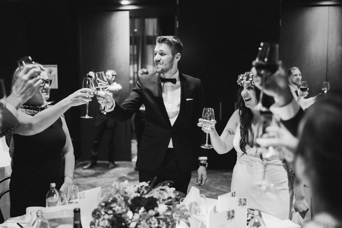 Boho Hochzeit Berlin - Standesamt Rathaus Schmargendorf Hochzeit am Schloss Charlottenburg, auf der Pfaueninsel und im Amano Grand Central Hotel von Boho Hochzeitsfotograf Berlin © www.hochzeitslicht.de #hochzeitslicht